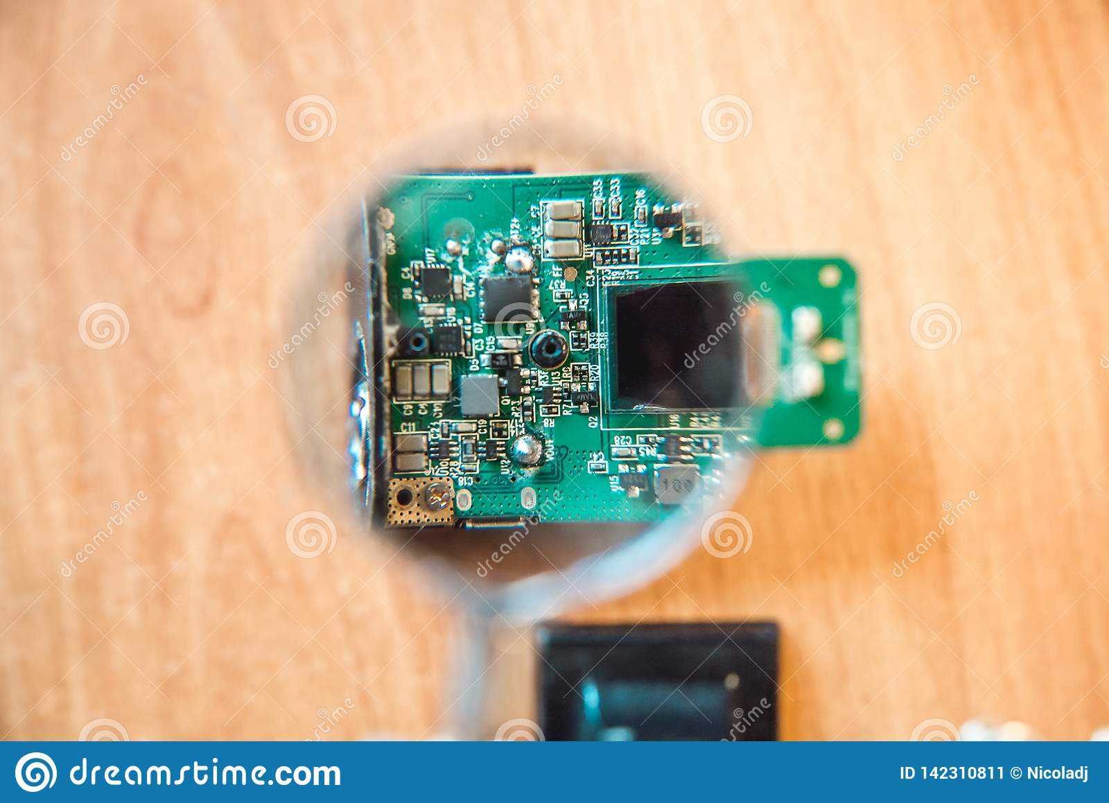 Fotografia elektryczny obwód przez powiększać - szkło