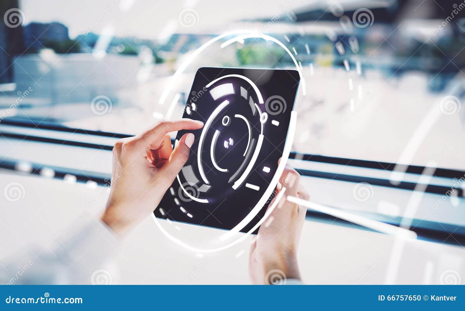Fotografia kobieta wręcza macanie ekran pastylka, wizualnych interfejsów skutki zamazujący tło