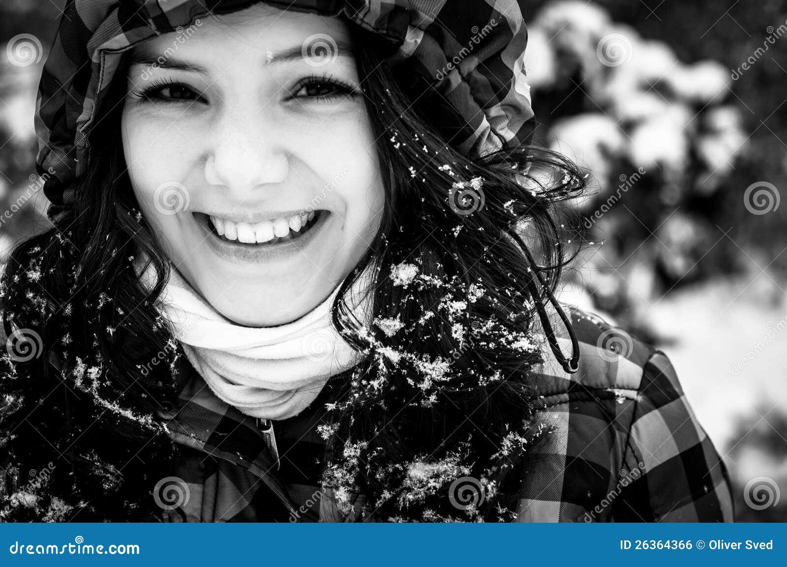 Fotografia młoda kobieta w śniegu