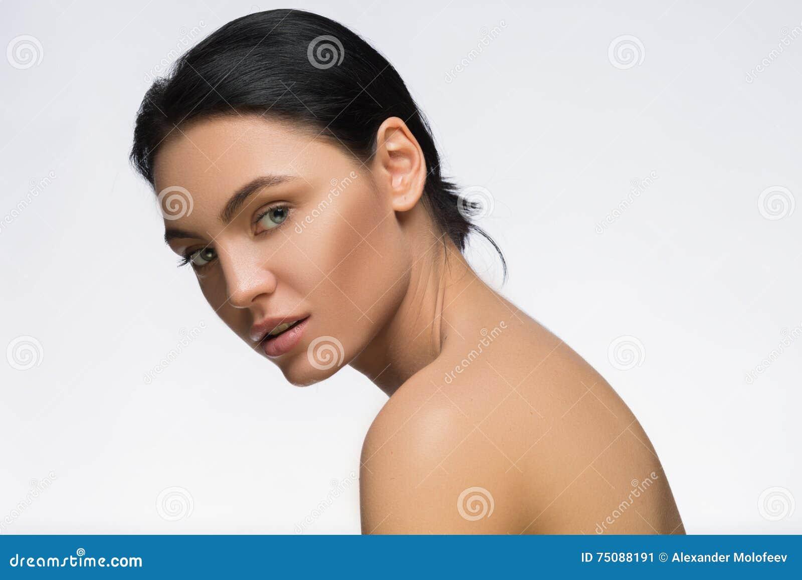 Fotografia młoda kobieta z pięknem długie włosy Mody i modela bocznego widoku portret Zdrój