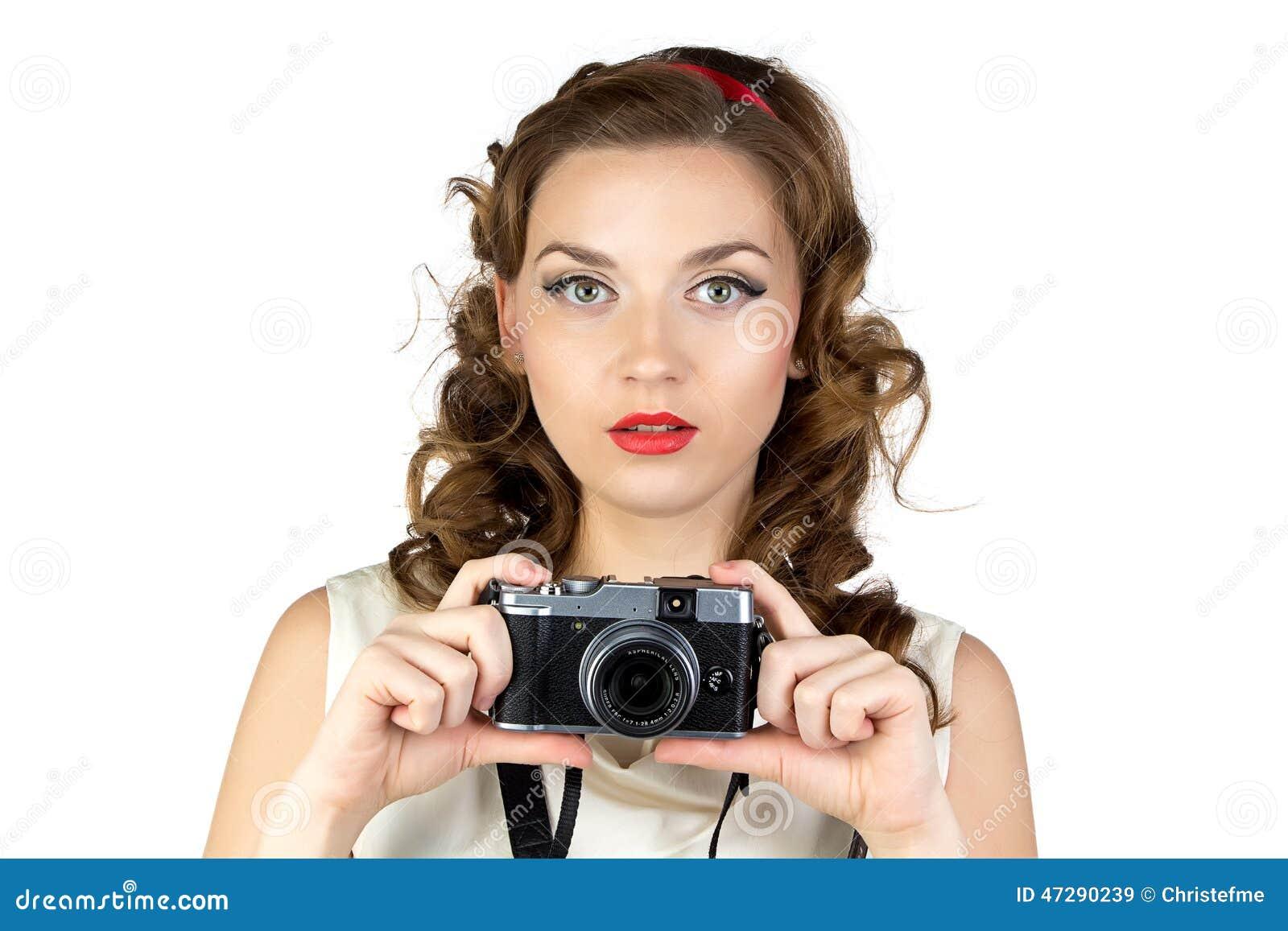 Fotografia młoda kobieta z retro kamerą