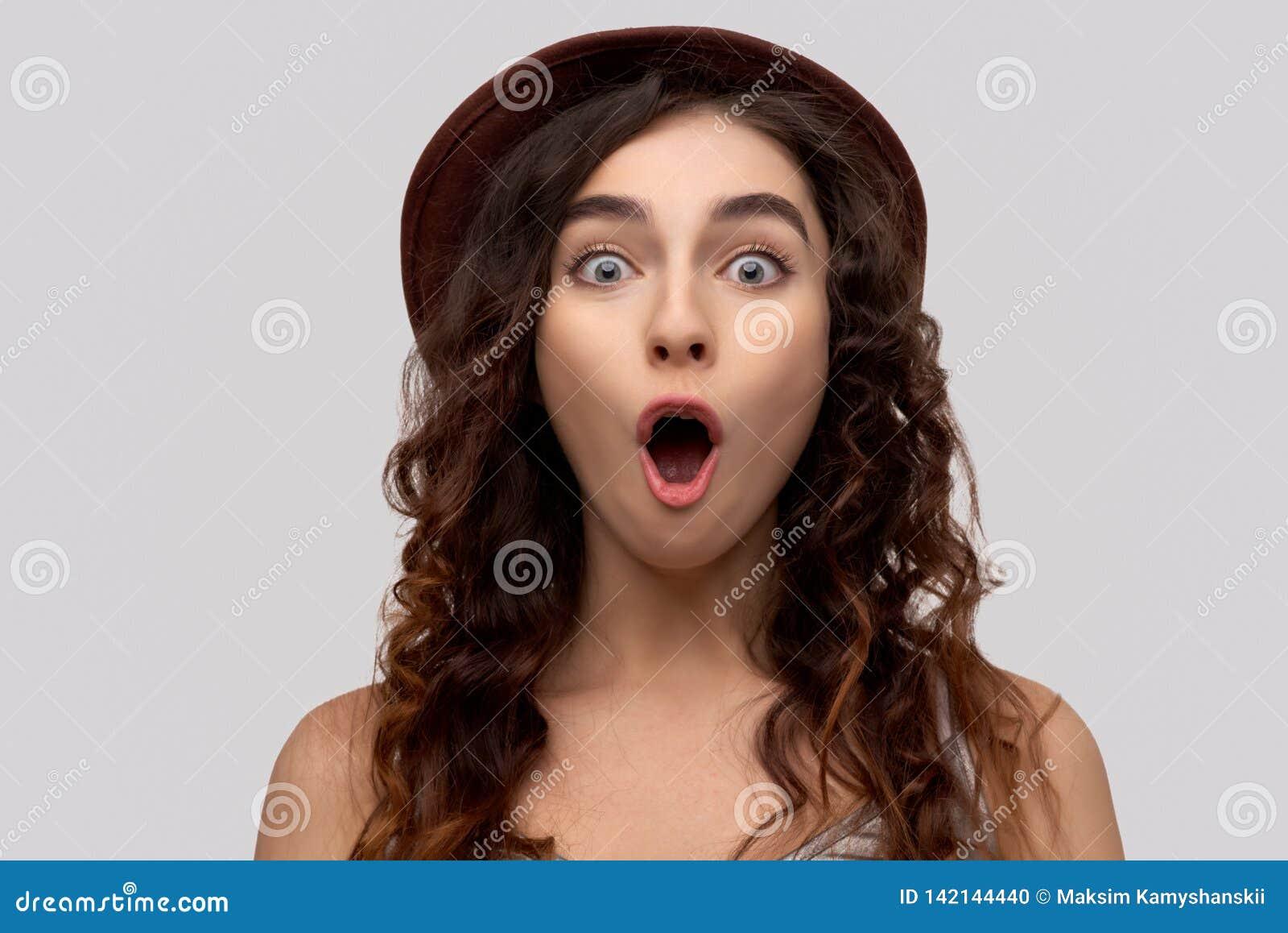 Fotografia ubierająca w przypadkowym stroju budzący emocje potomstwa jeden kobieta szokuje, reaguje na coś