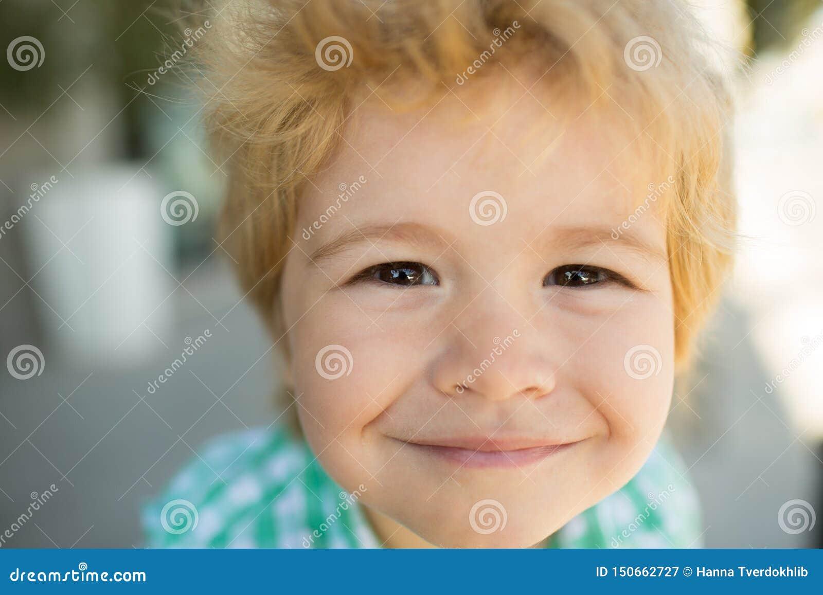 Fotografia urocza m?oda szcz??liwa ch?opiec target306_0_ przy kamer? Szczęśliwa śmieszna dziecko twarz zamknięta w górę Super uśm