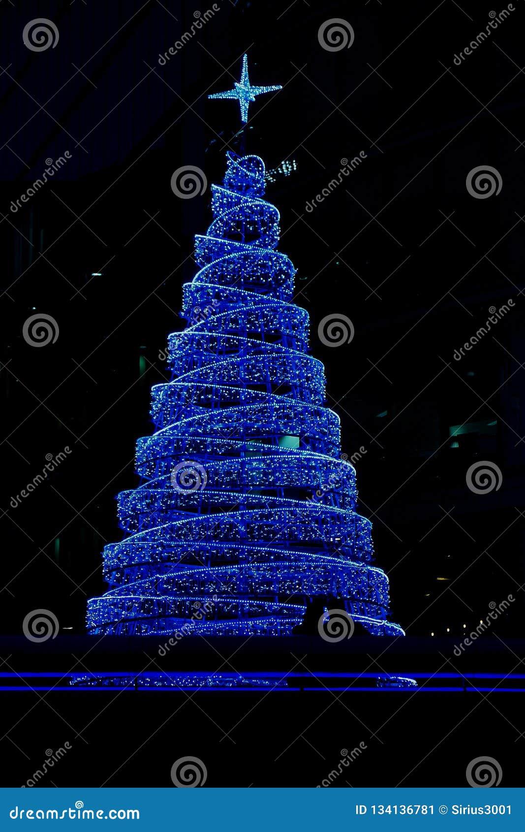 Fotografia wielka błękitna choinka przy centrum handlowym w Londyn blisko basztowego mostu przy christmastime