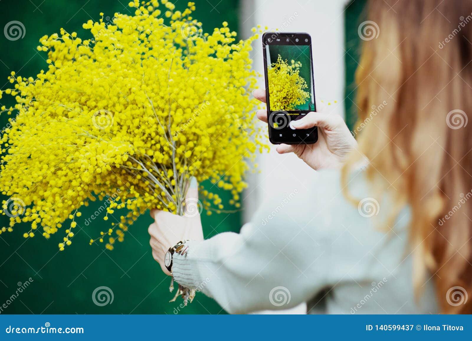 Fotografias da menina seu ramalhete no telefone, imagem, tecnologia, feriado