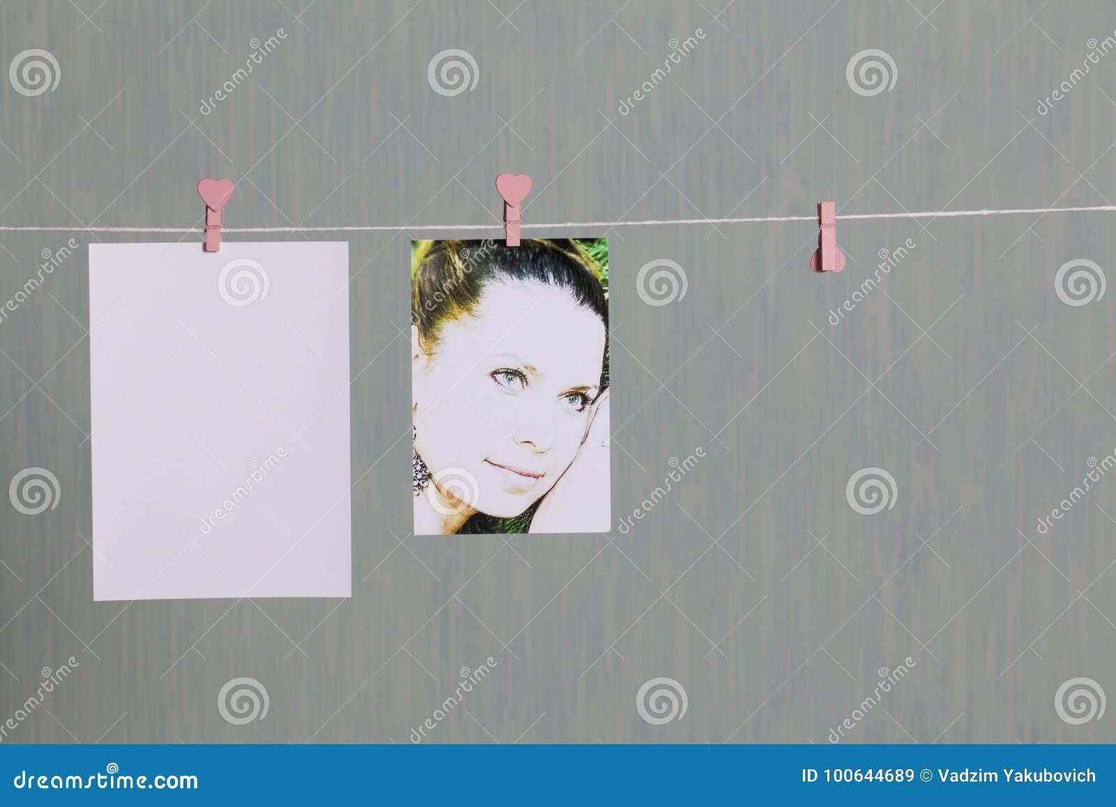 Fotograficzni druki wieszają i suszą po rozwijać na sznurze