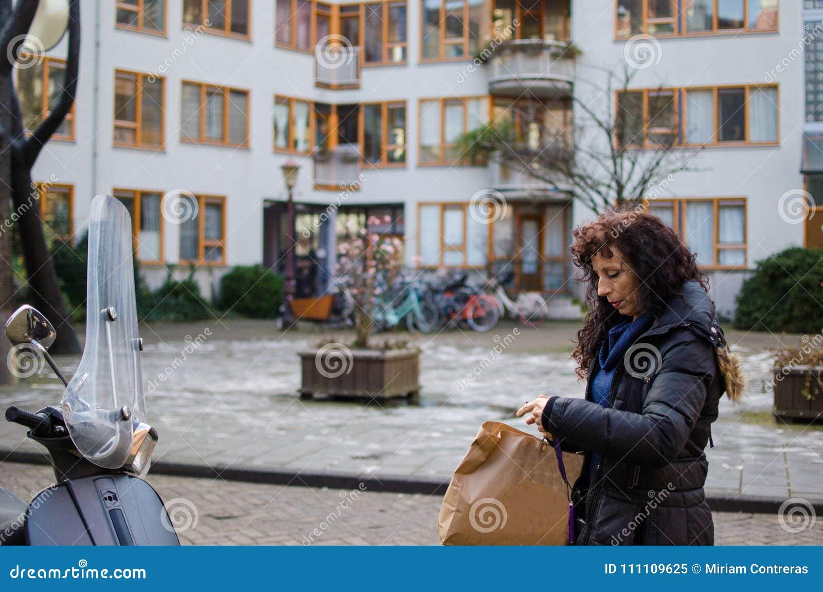 Fotografie einer Frau in den Straßen von Amsterdam