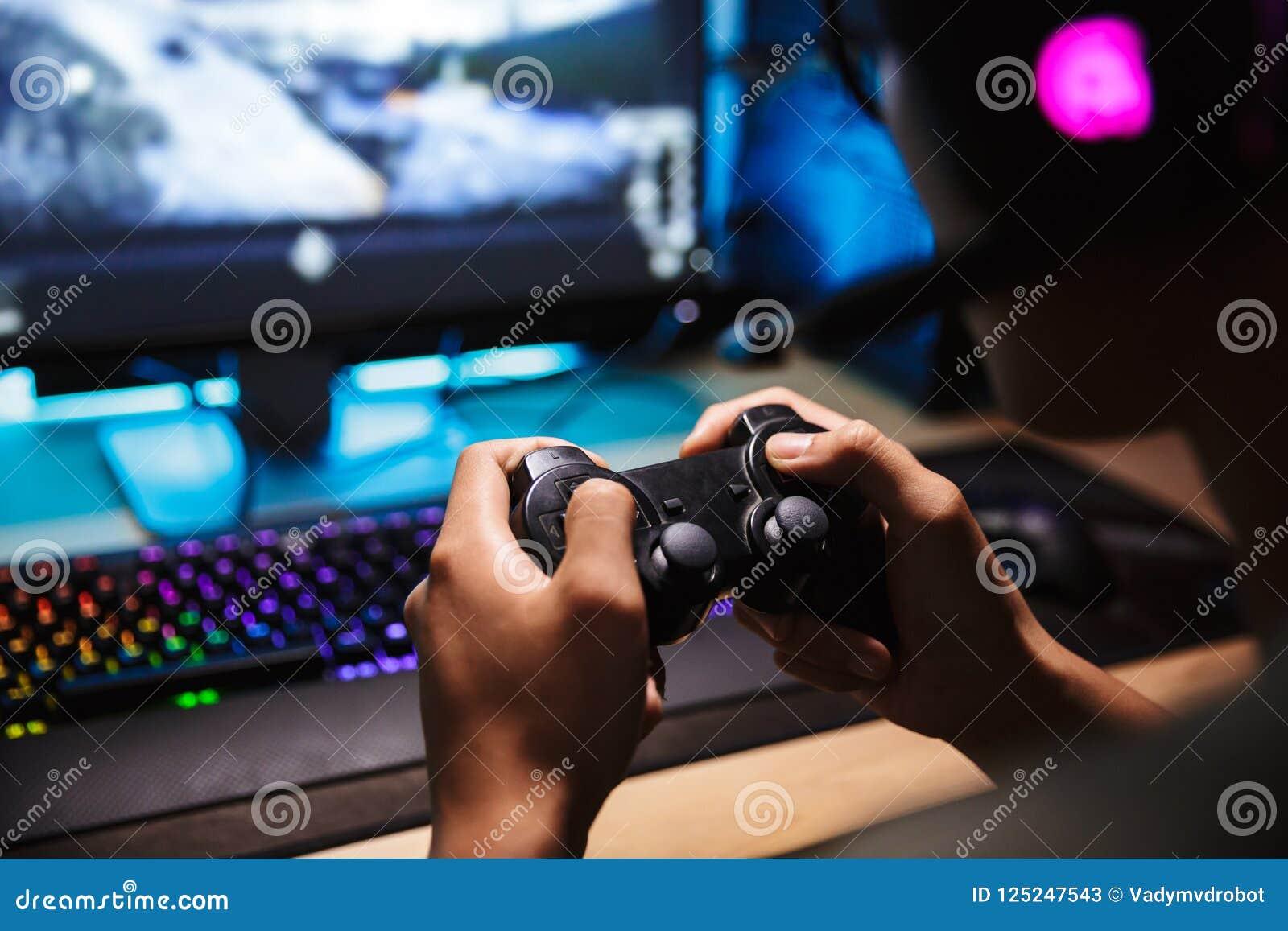Fotografii zbliżenie azjatykcia gamer chłopiec bawić się wideo gry na c online