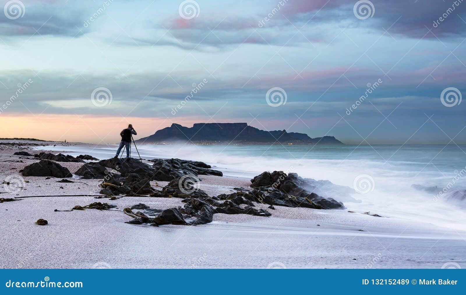 Fotografo del paesaggio che fotografa la montagna della Tabella