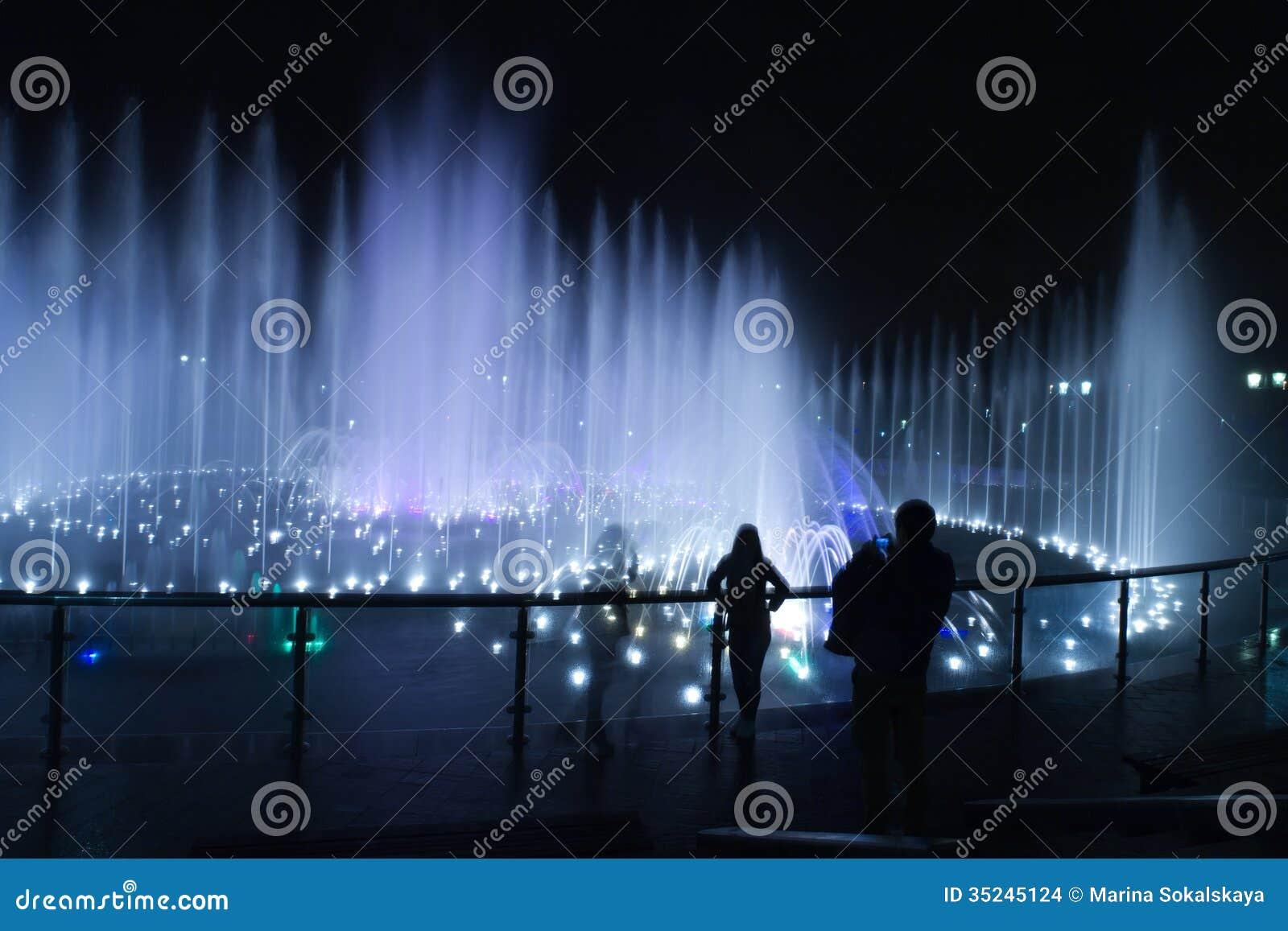 Fotografo della gente di notte della fontana