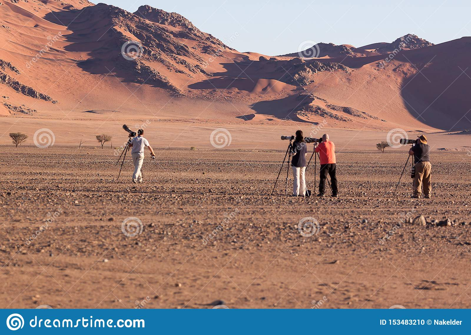 Fotografowie uszeregowywa doskonalić strzał diuna 45, sossusvlei, Namibia w Lipu 2015
