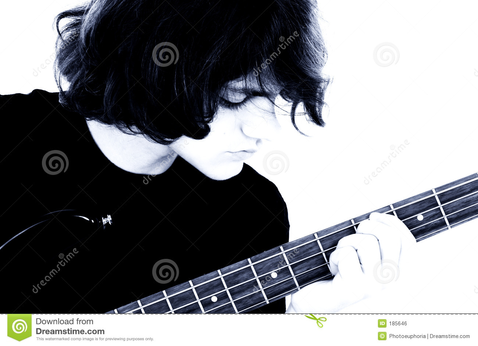 Fotographia di riserva: Giovane ragazzo teenager che gioca chitarra bassa
