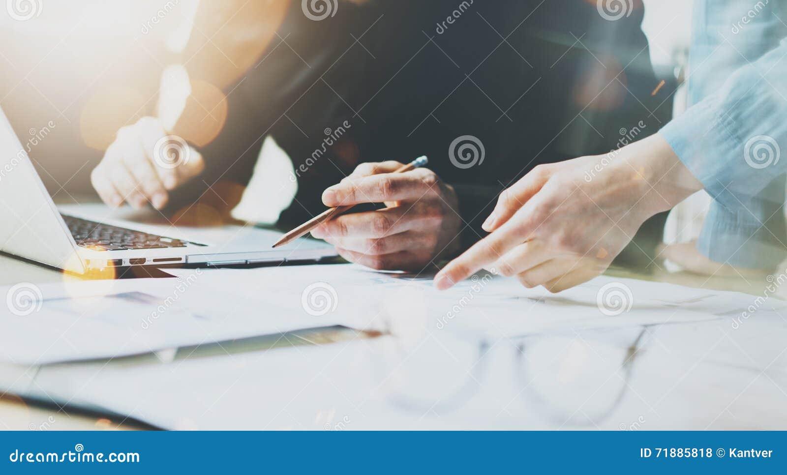 Fotomedewerkers Team Working Modern Office Mens die Generisch Ontwerplaptop Holdingspotlood gebruiken Rekeningsmanager Work New