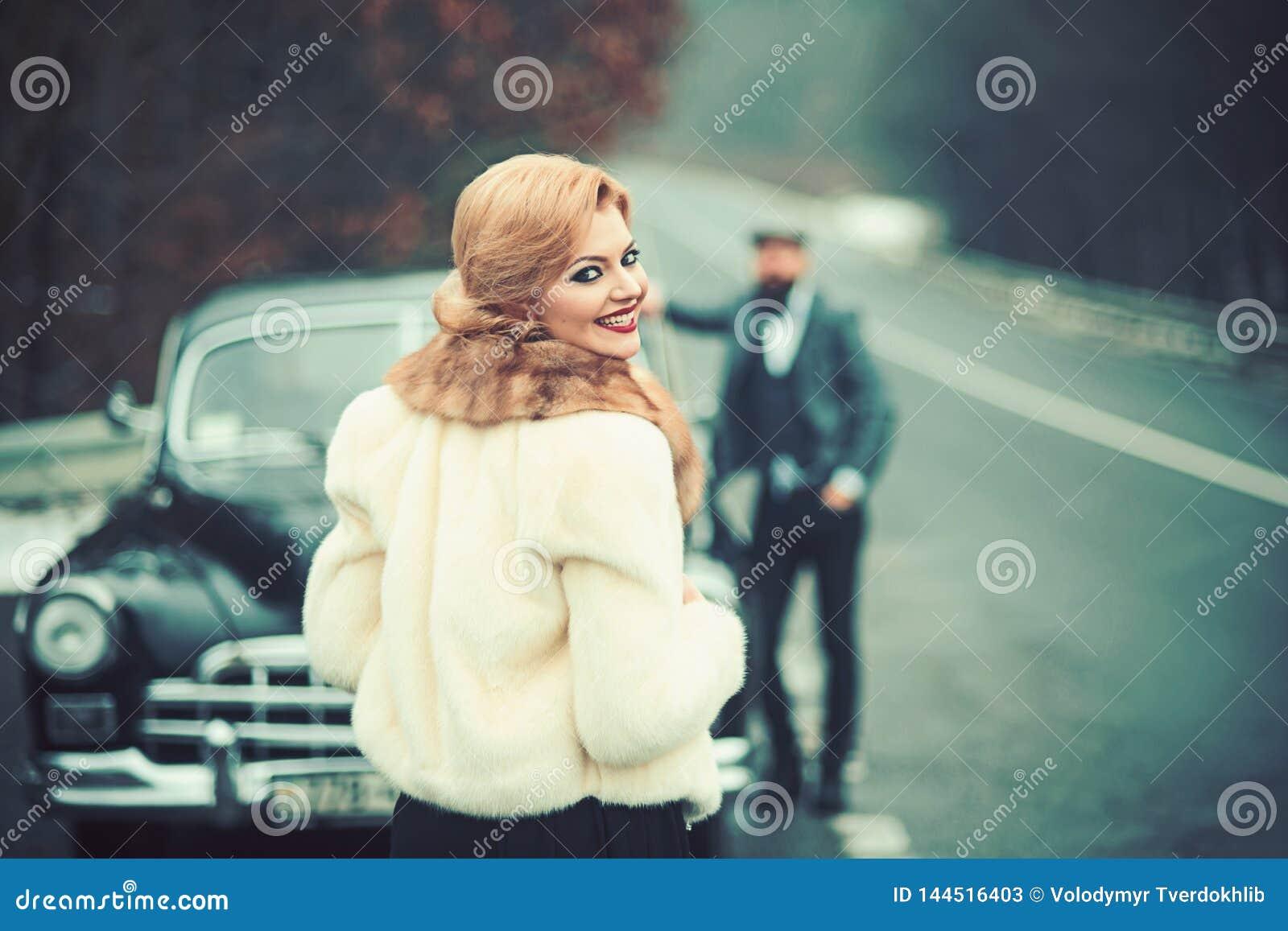 Fotomeisje, een mens en een retro auto