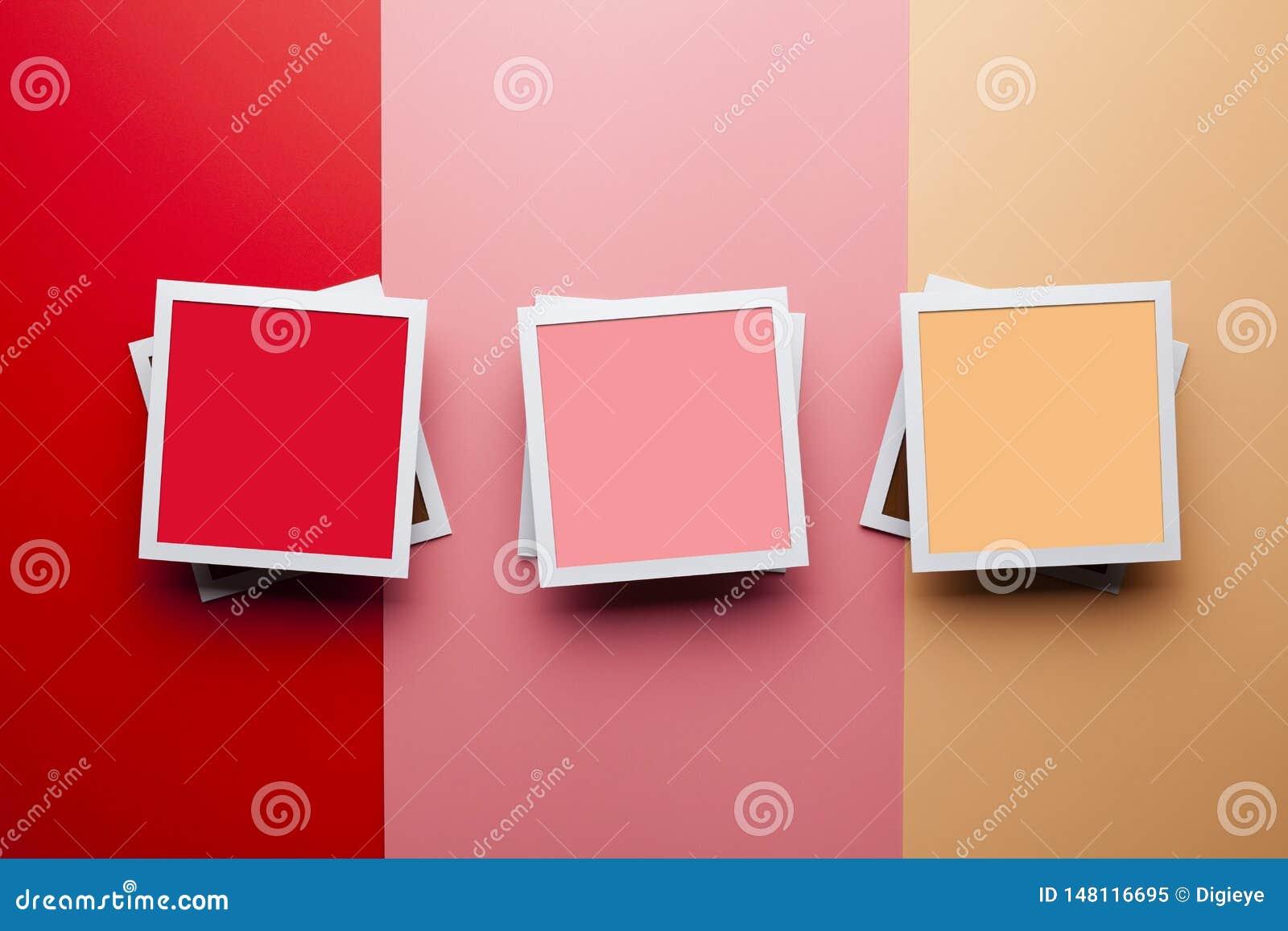 Fotomodellschablone - drei Papierfotorahmen mit leeren Räumen für Ihren Inhalt auf Pastellfarbhintergrund