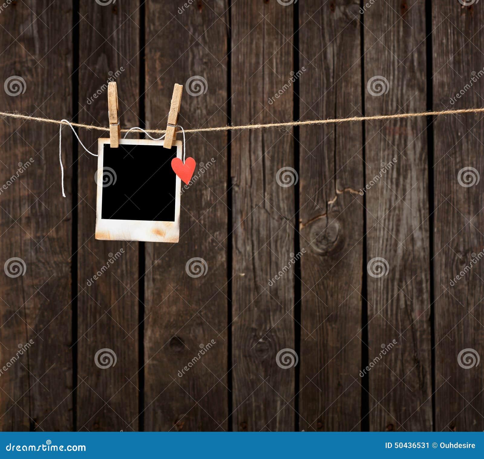Fotorahmen Mit Papierherzfall Auf Seil Stockbild - Bild von anzeige ...