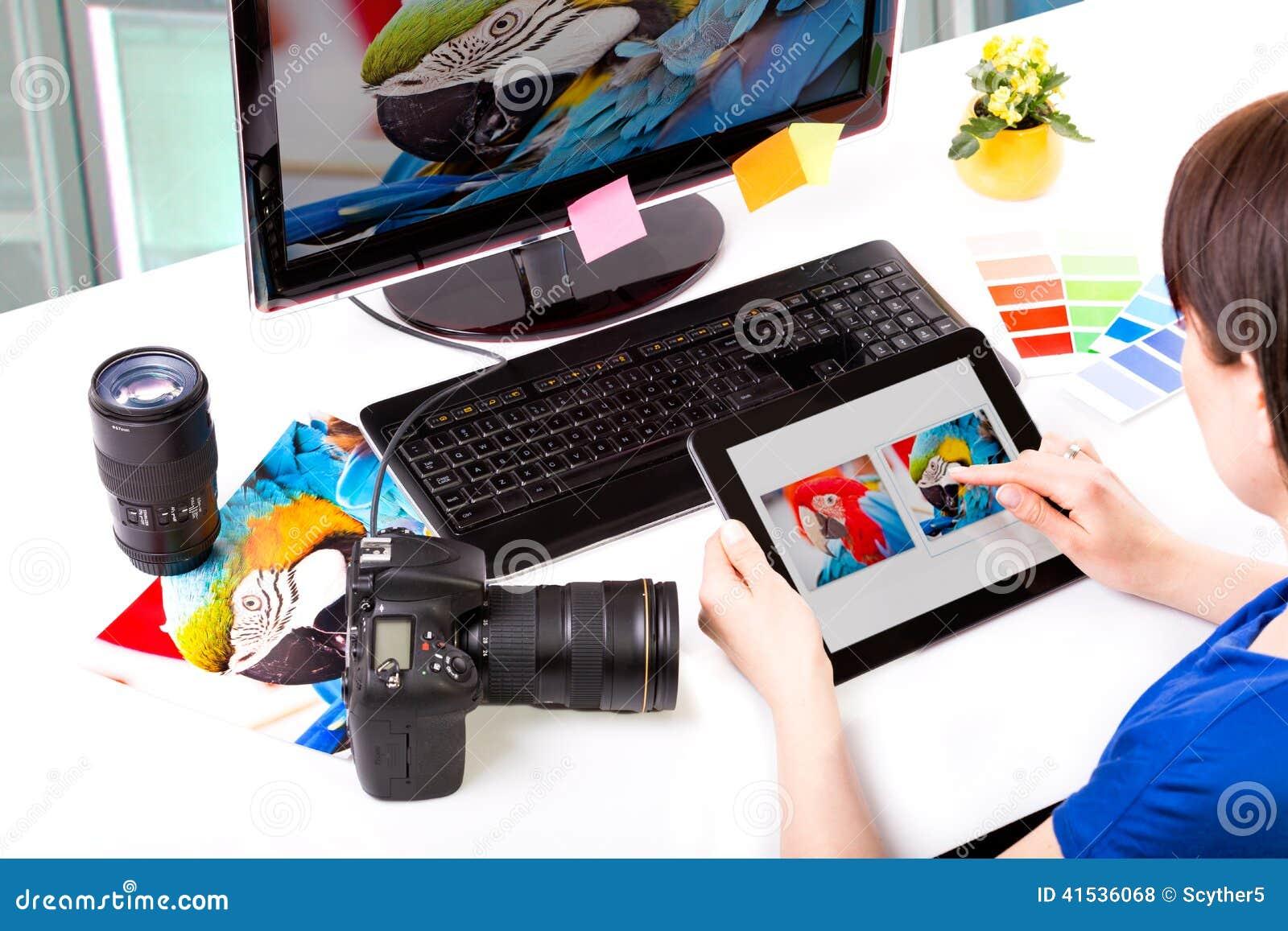 Fotoredacteur die aan computer werken