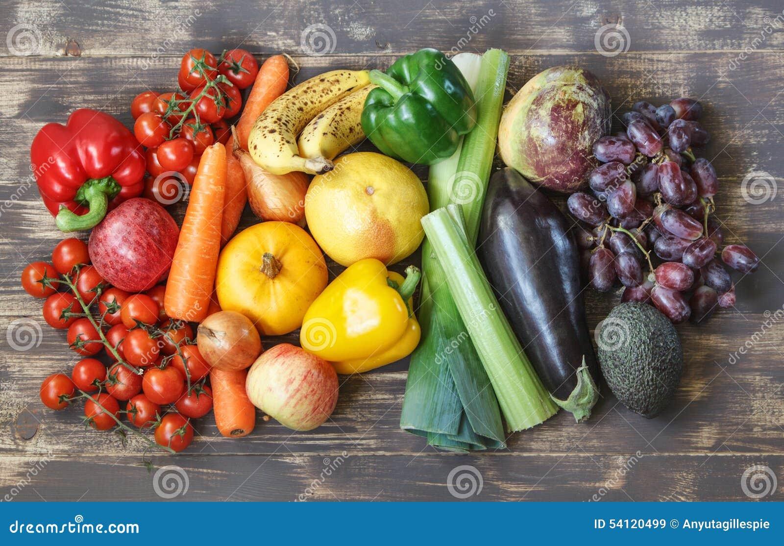Fotos de la comida con las frutas y verduras en una disposición del arco iris