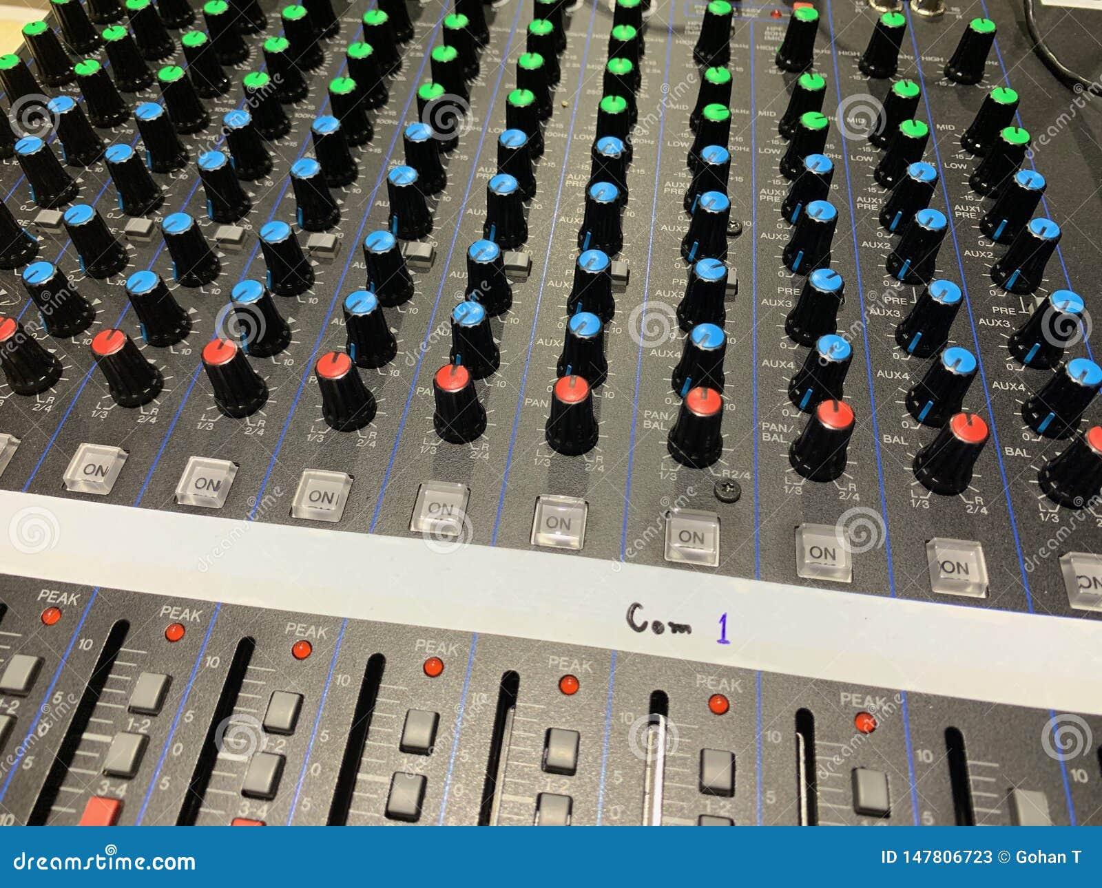 Fotos do botão audio e fora do interruptor que pode ajustar o volume sadio