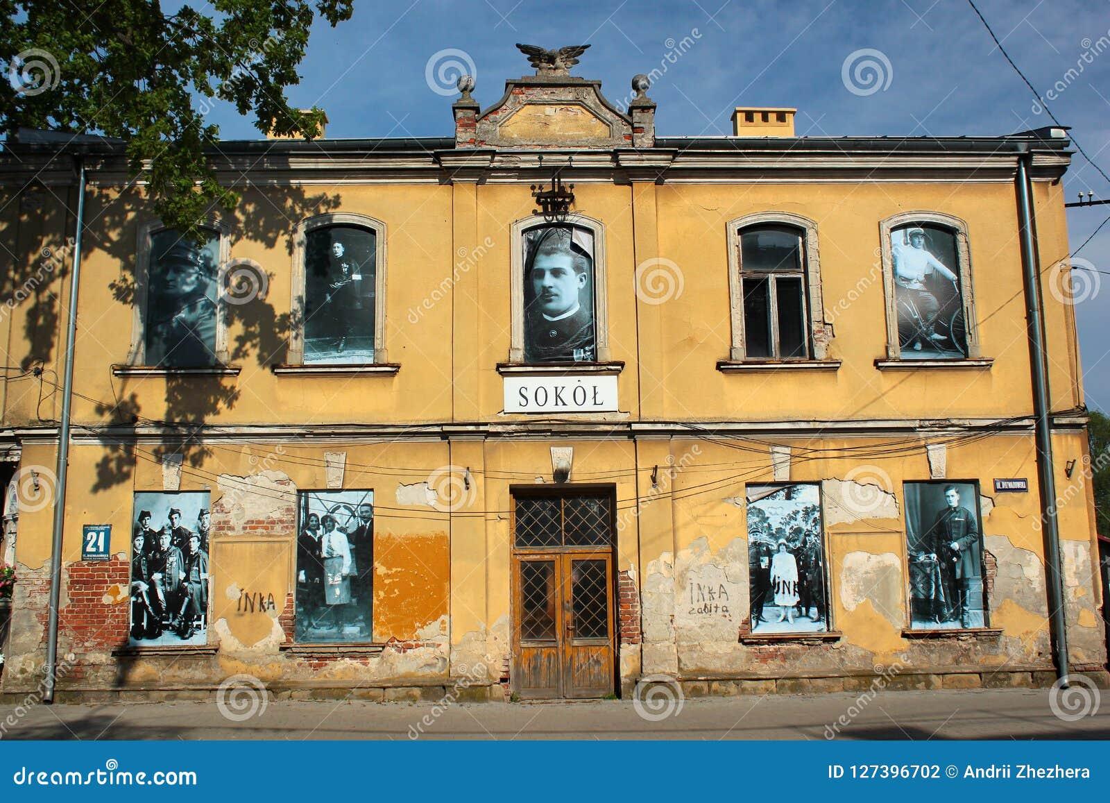 Fotos retros nas janelas de uma construção em Stalowa Wola, Polônia