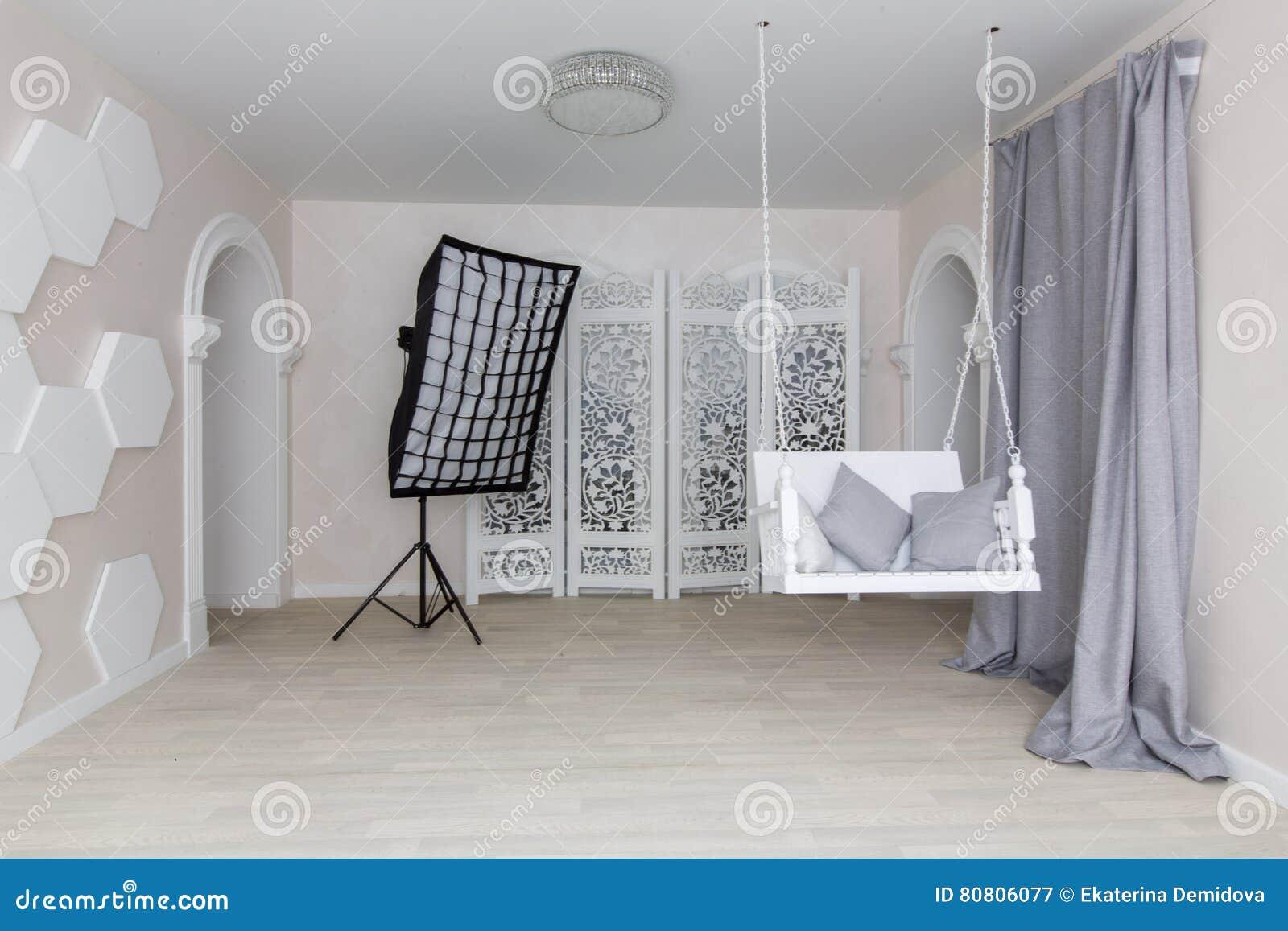 fotostudio met lichte muren grijze gordijnen
