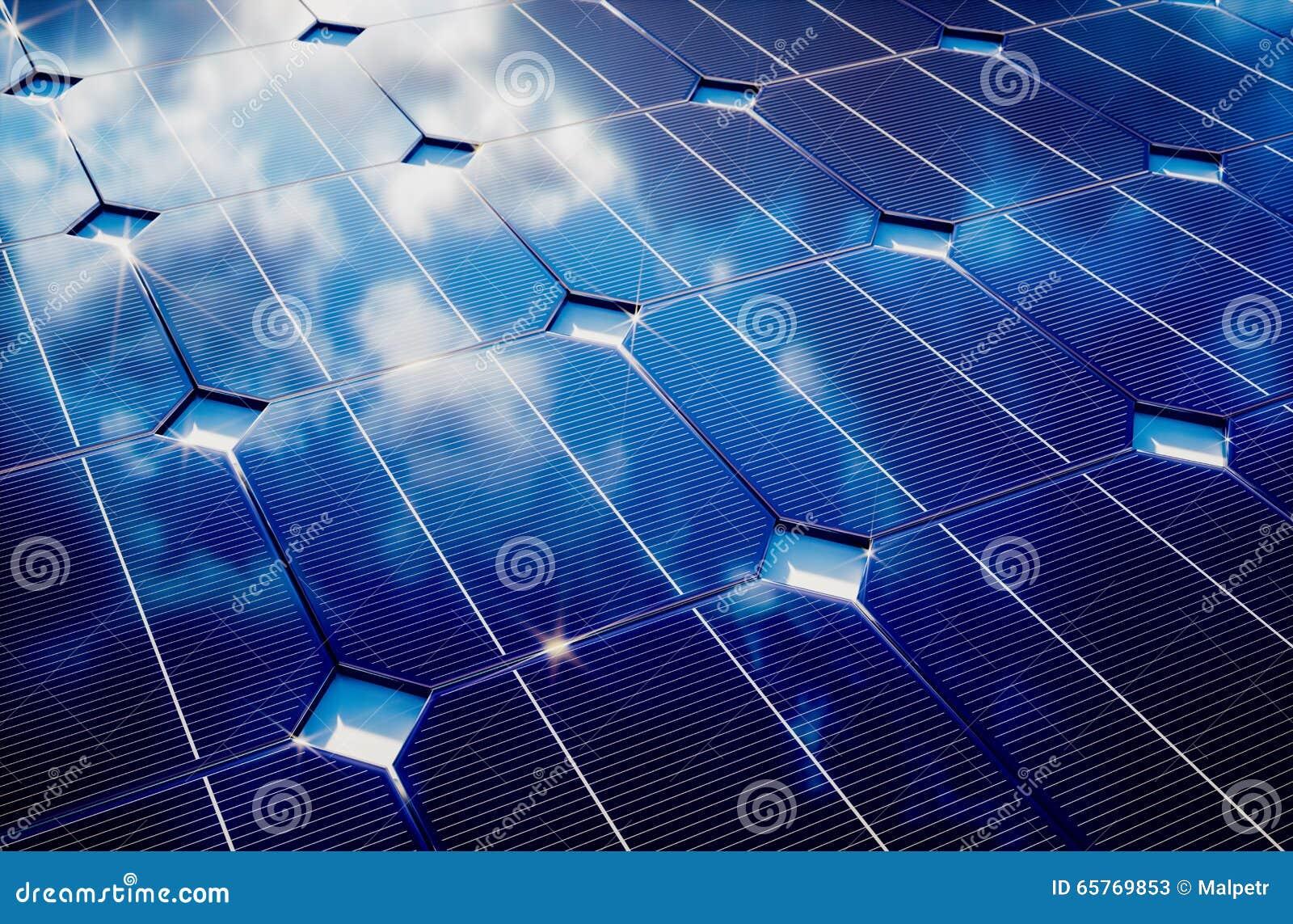 Fotovoltaico com reflexão do céu nebuloso