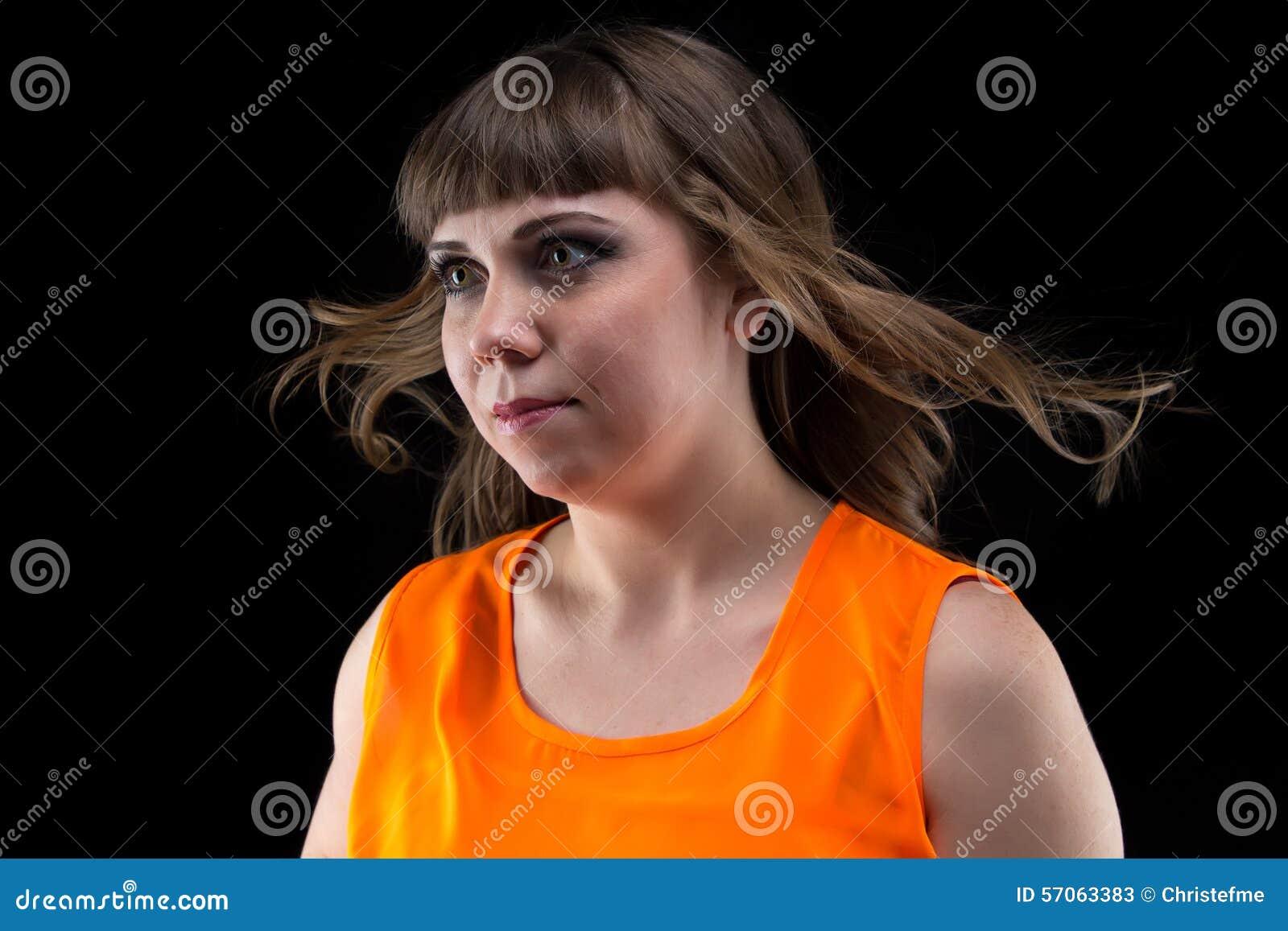 Fotovrouw met stromend haar, die weg eruit zien