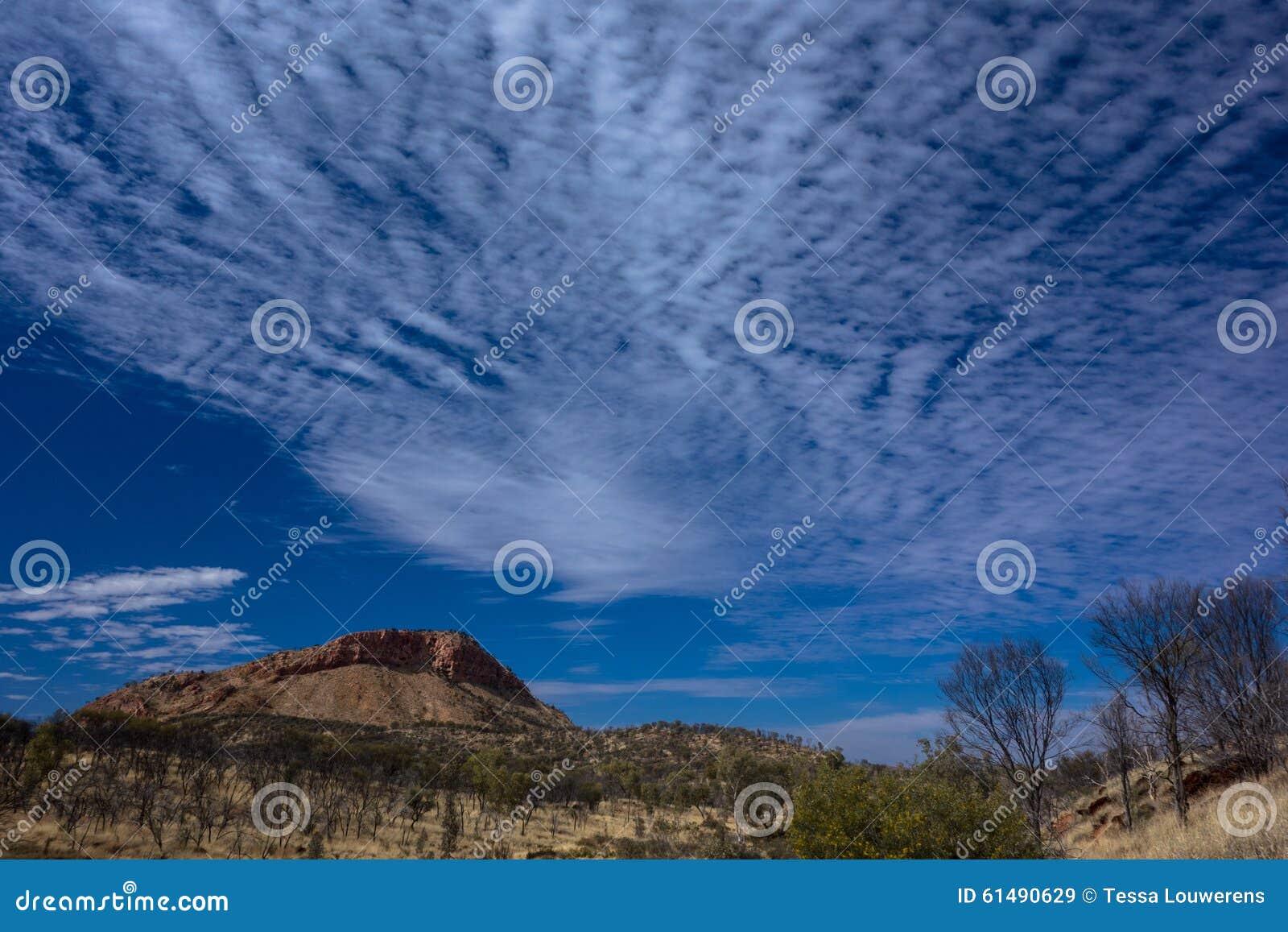 Fotvandra den Larapinta slingan, spänner västra MacDonnell Australien