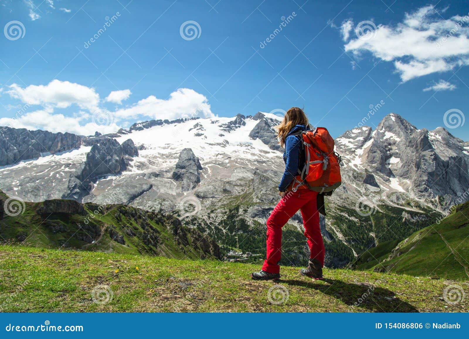 Fotvandra kvinnan i fjällängarna, Dolomites, Italien