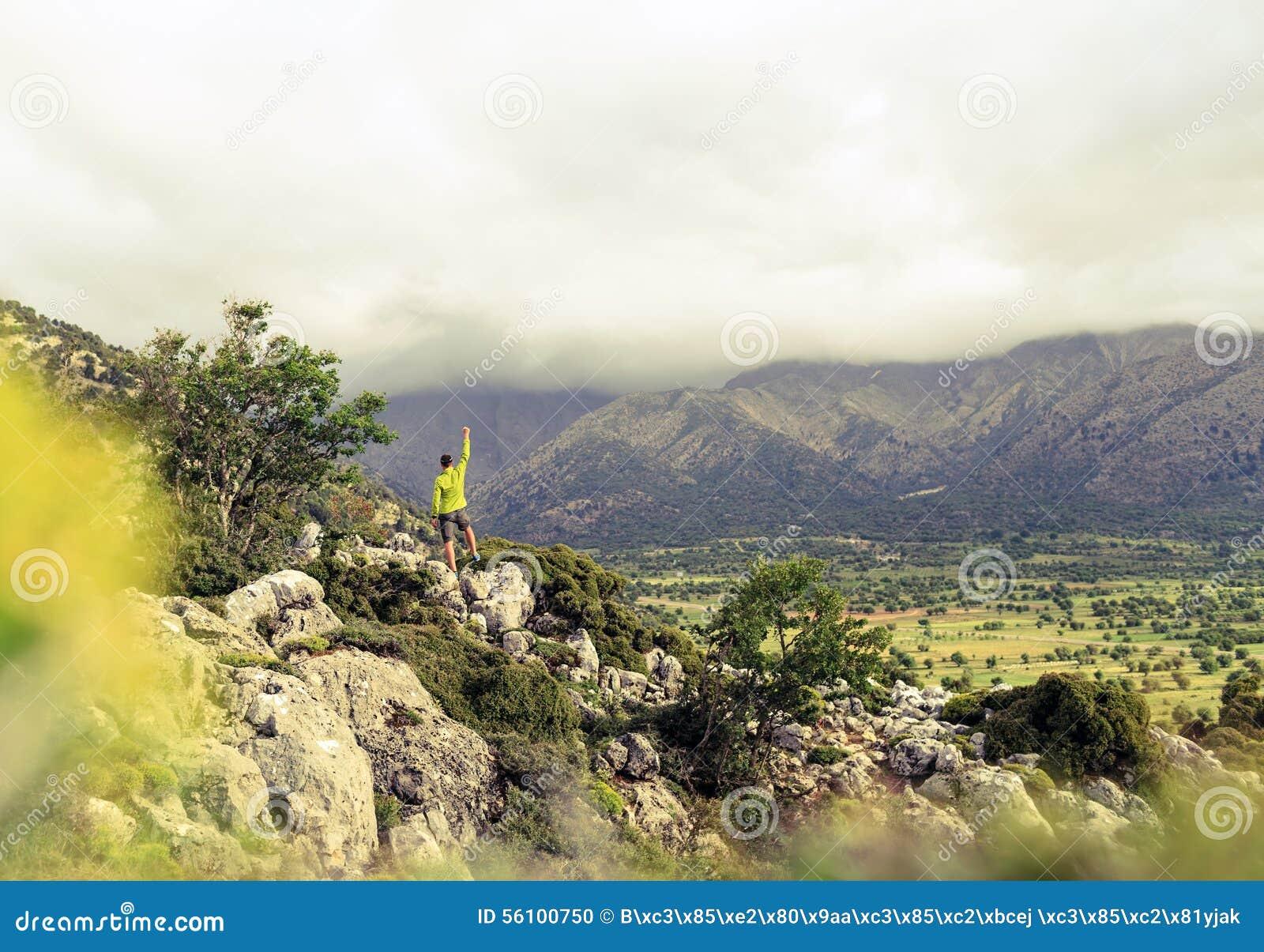 Fotvandra mannen som ser härligt bergframgångbegrepp