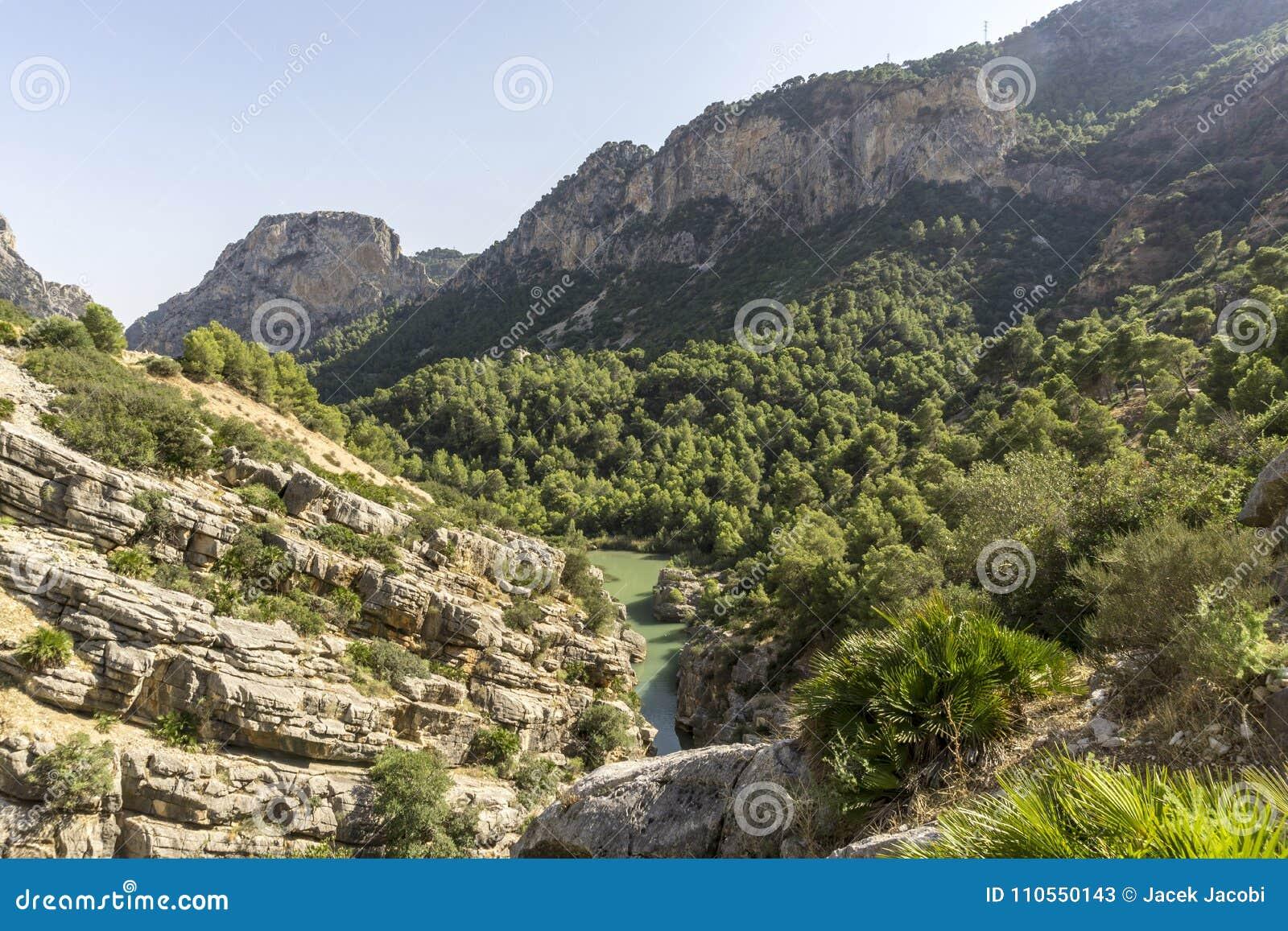 Fotvandra slingan Caminito del Rey Sikt av klyftan av Gaitanes i El Ch