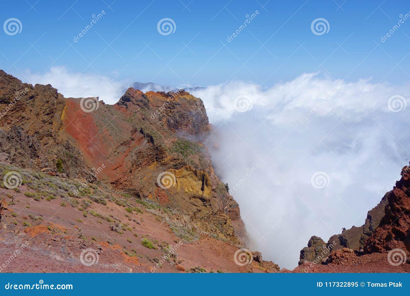 Fotvandra slingan GR131 Rute de los Volcanes som leder på kanten av Caldera de Taburiente som är den största erosionkrater i woen