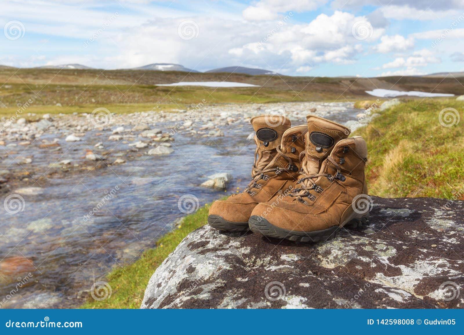 Fotvandra vaggar skor av en fotvandrare på