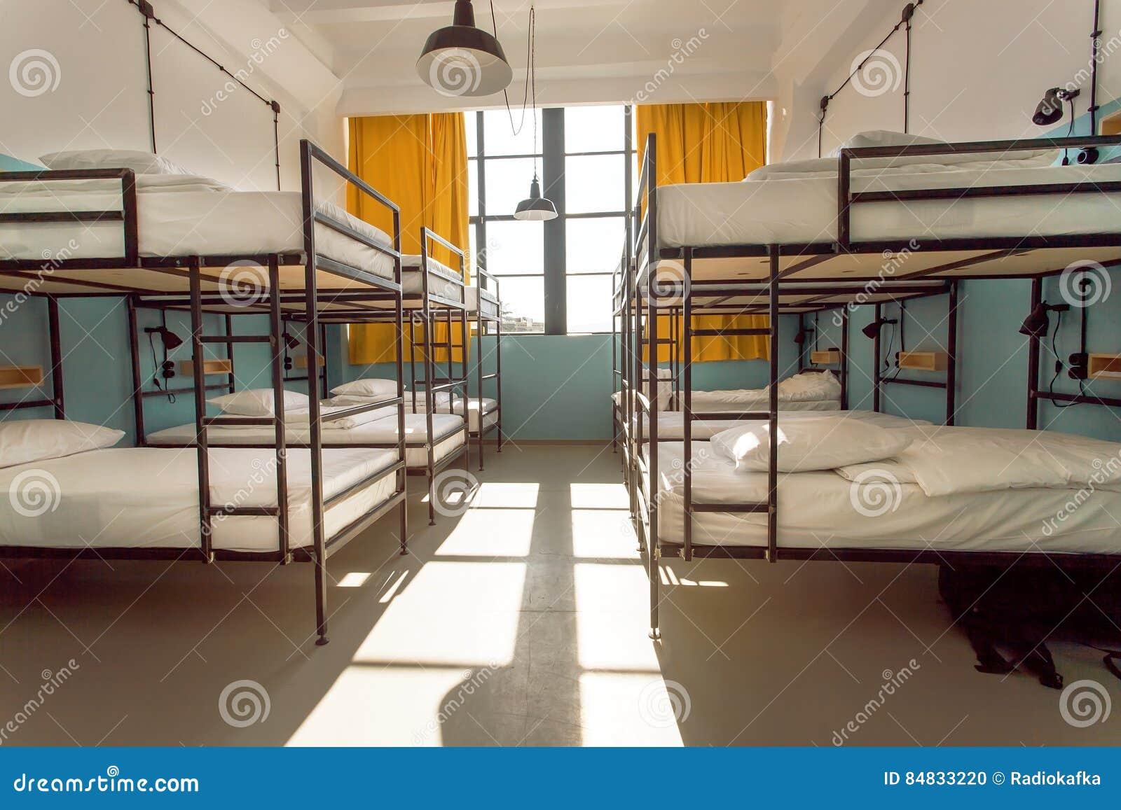 Fotvandrare blir i hotell med moderna dubbeldäckaresängar inom dormrummet för tolv personer