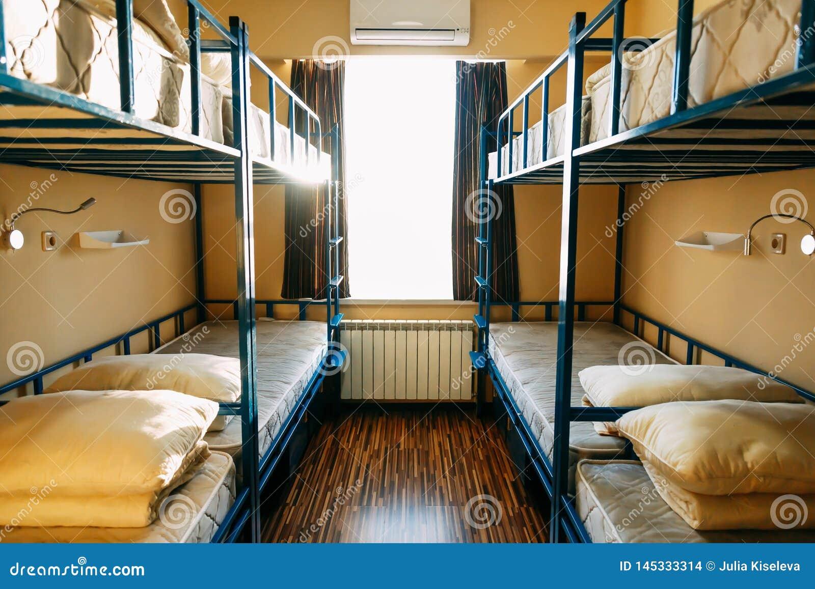 Fotvandrare blir i hotell med moderna dubbeld?ckares?ngar inom dormrummet f?r tolv personer