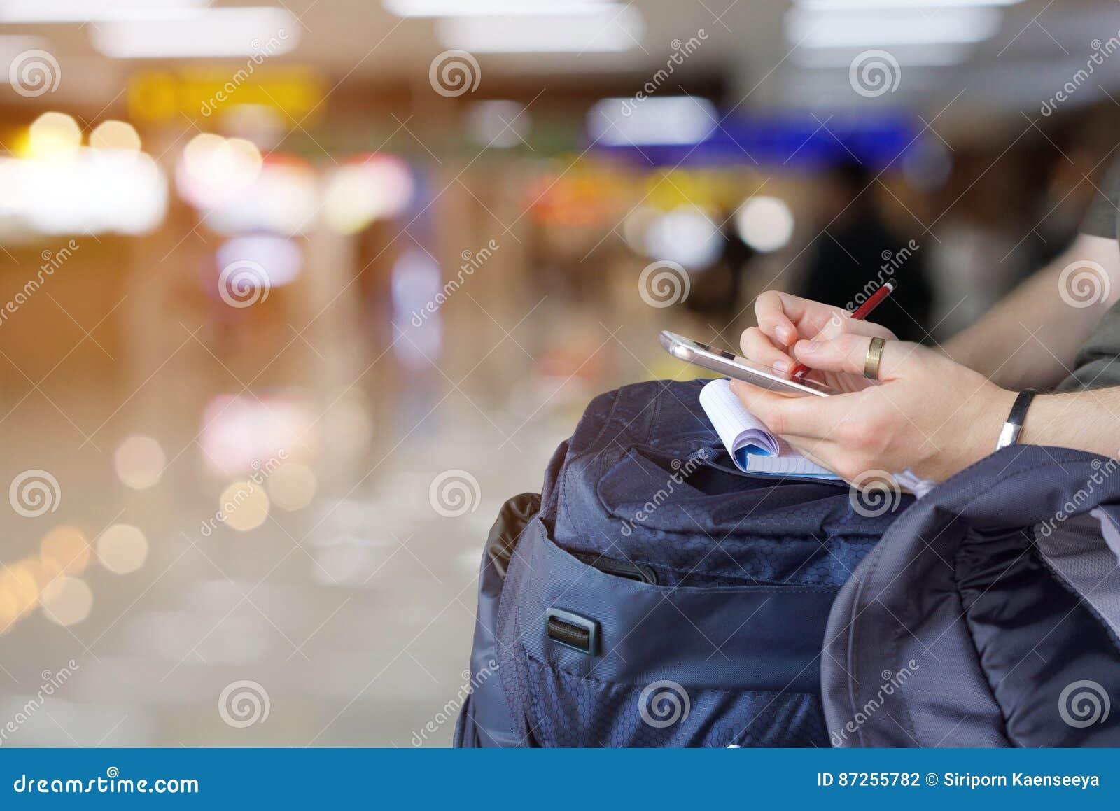 Fotvandrare som kontrollerar översikten på det smarta telefonplanet för turen