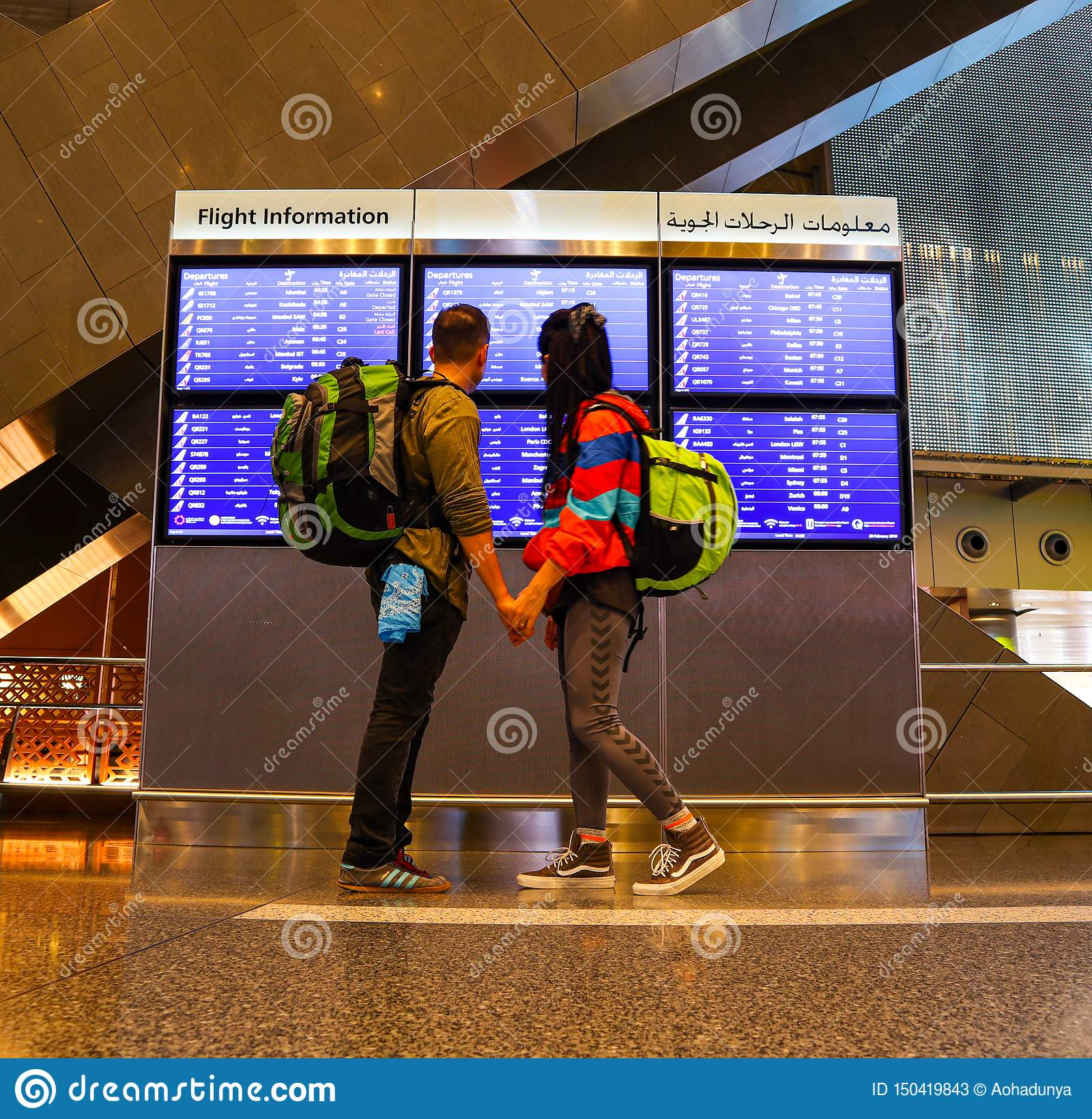 Fotvandrarepar på flygplatsen i Doha