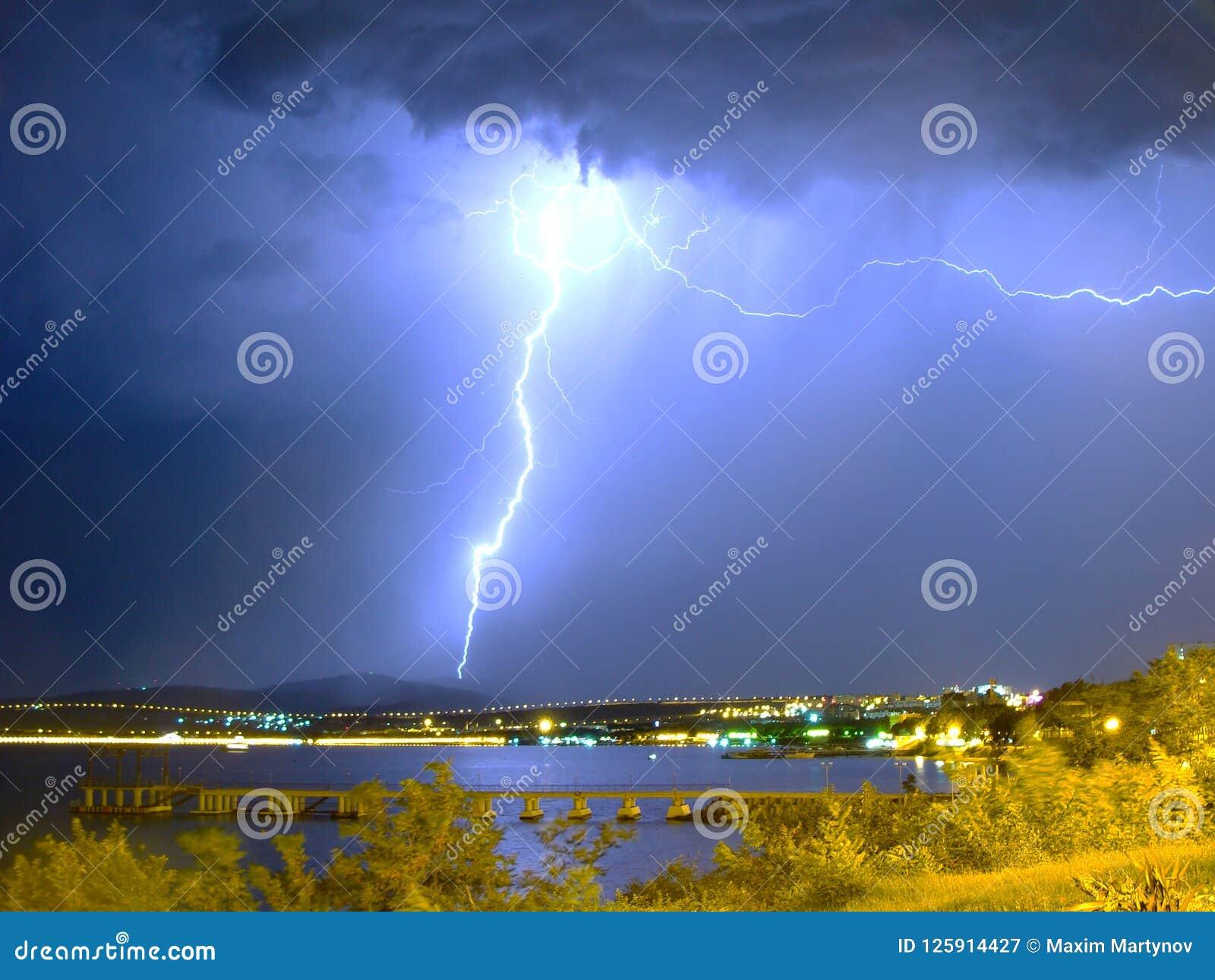 Foudre énorme dans la tempête près de la mer