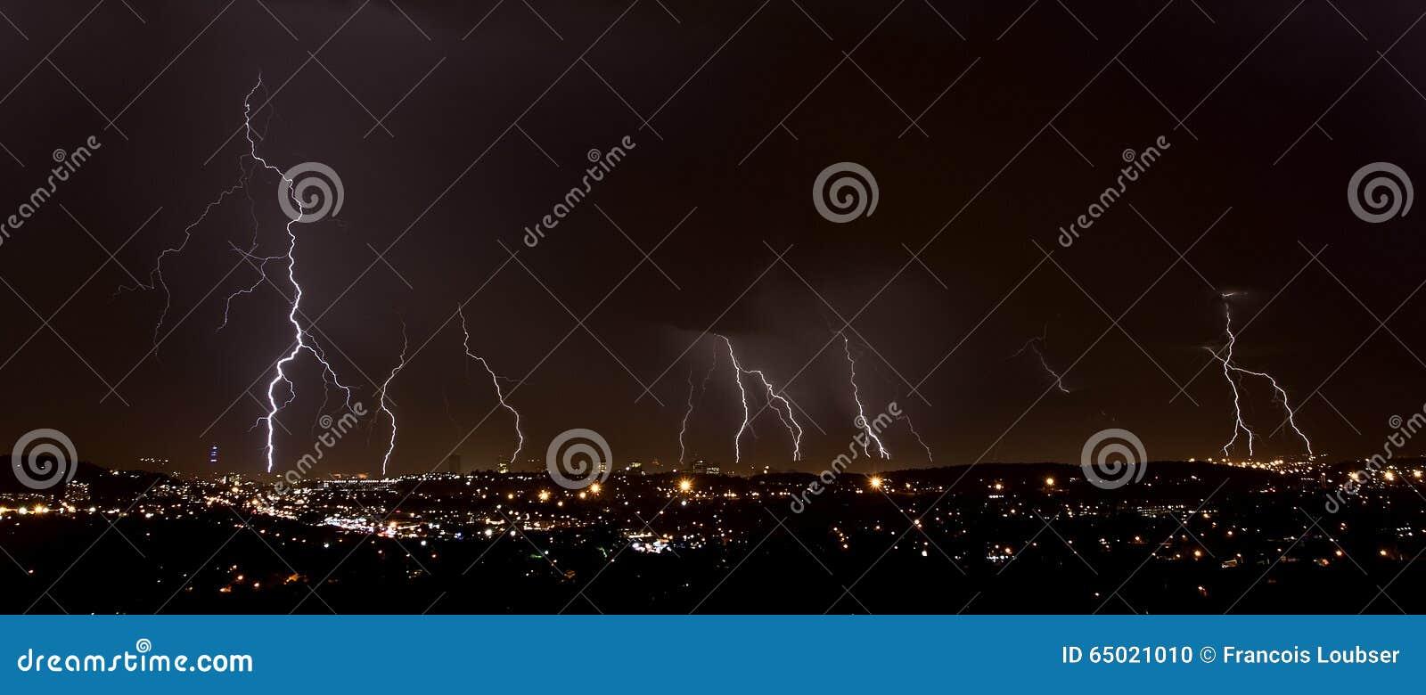 Foudre au-dessus de ville