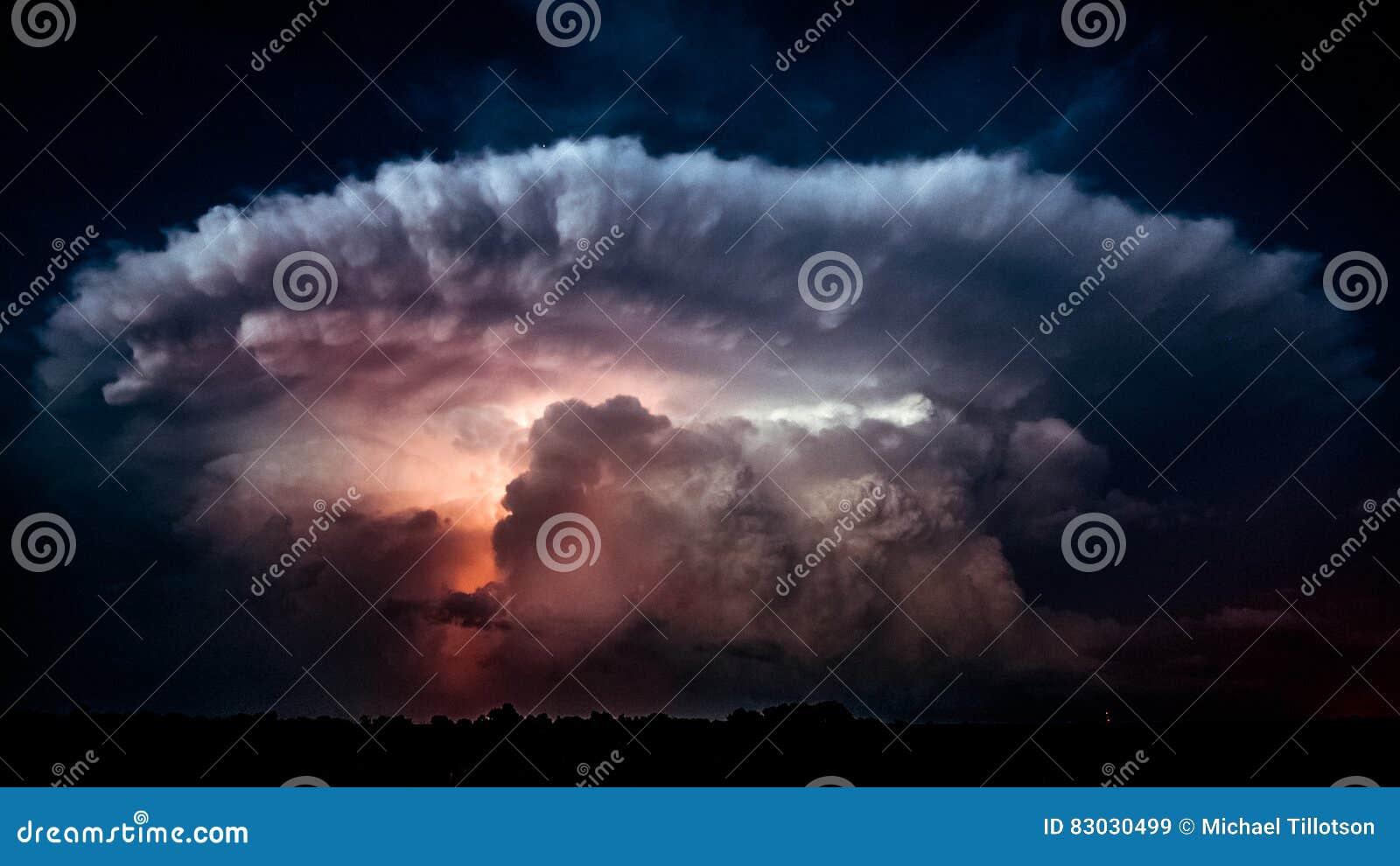 Foudre dans un nuage de tempête