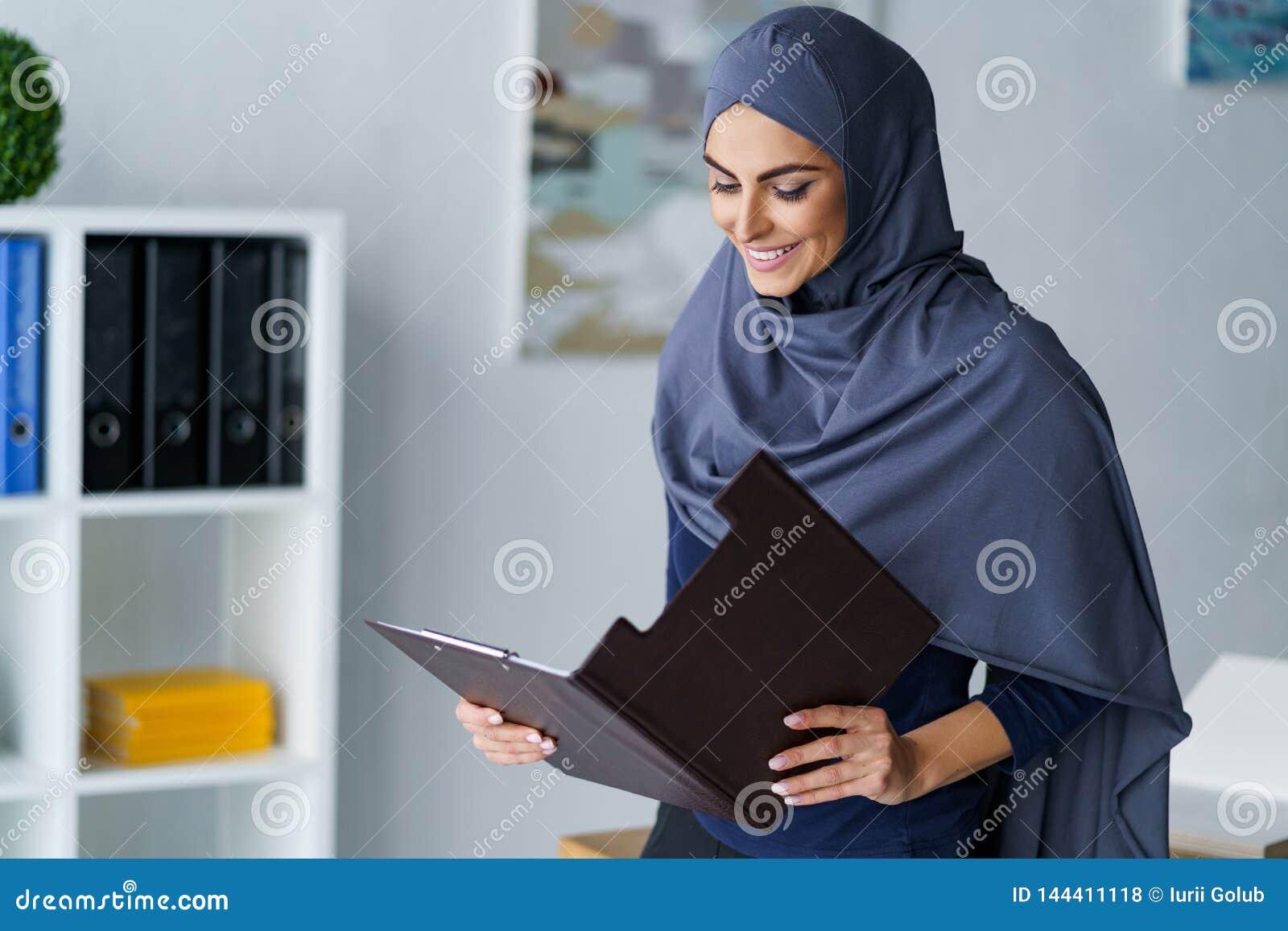 Foulard d uso della bella donna araba
