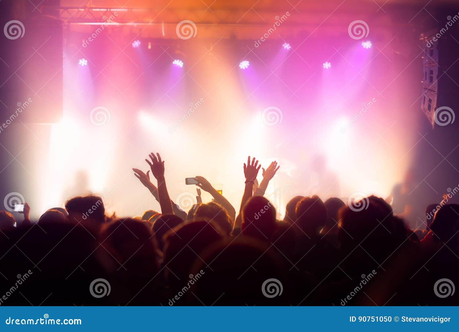 Foule de concert de musique, les gens appréciant la représentation vivante de roche