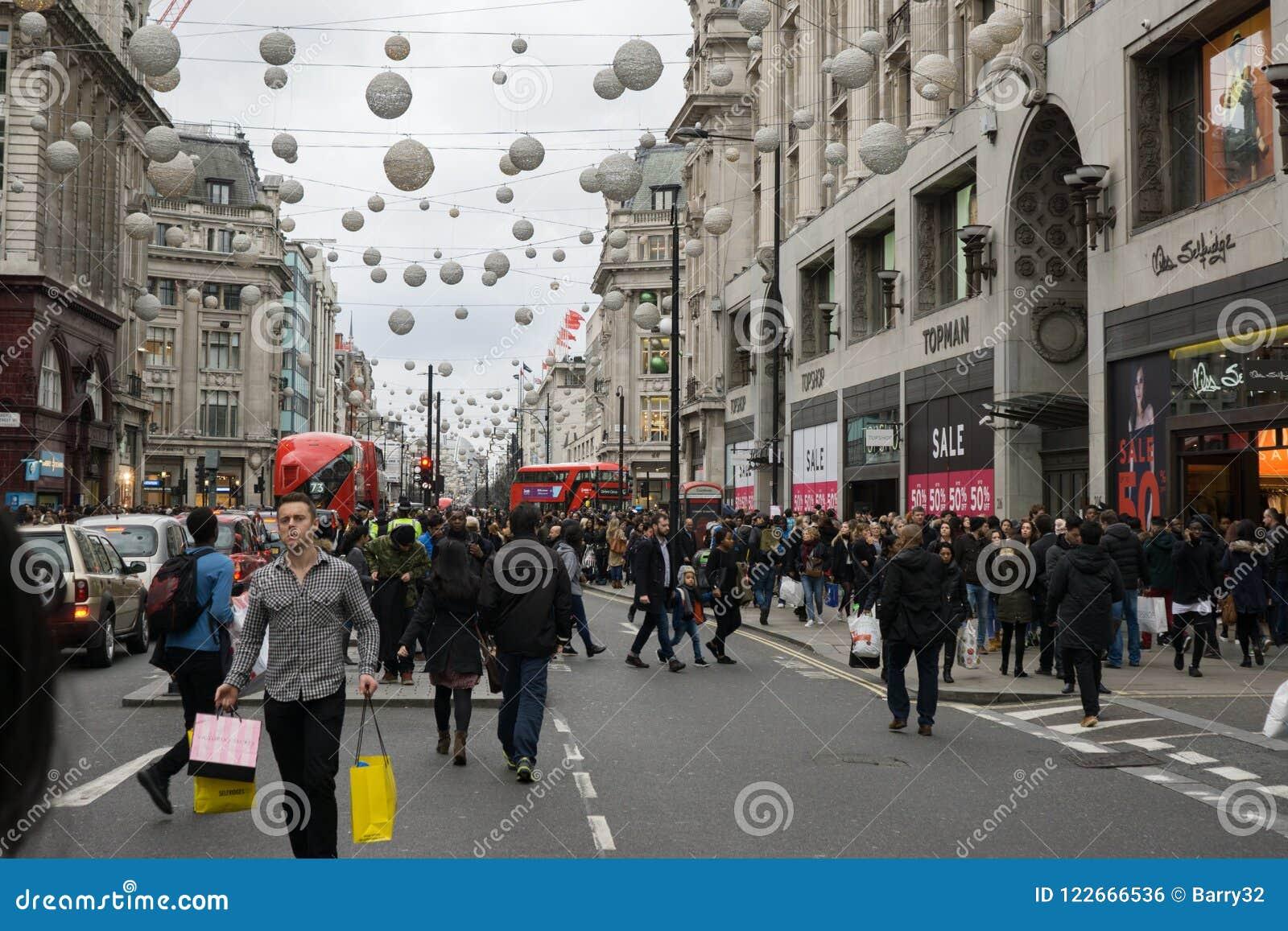 Foules des clients pendant les ventes de lendemain de Noël, rue Londres d Oxford