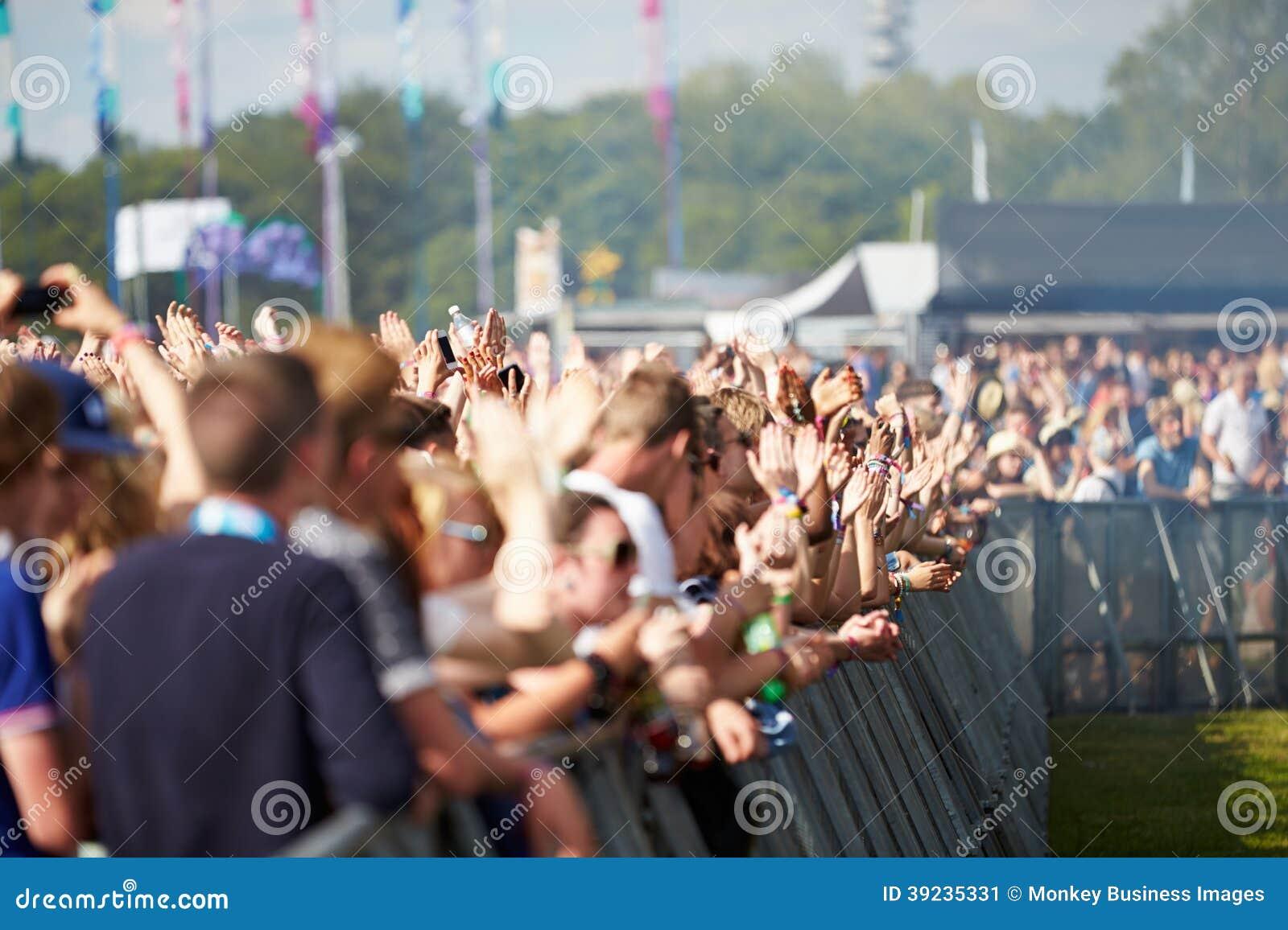 Foules s amusant au festival de musique extérieur