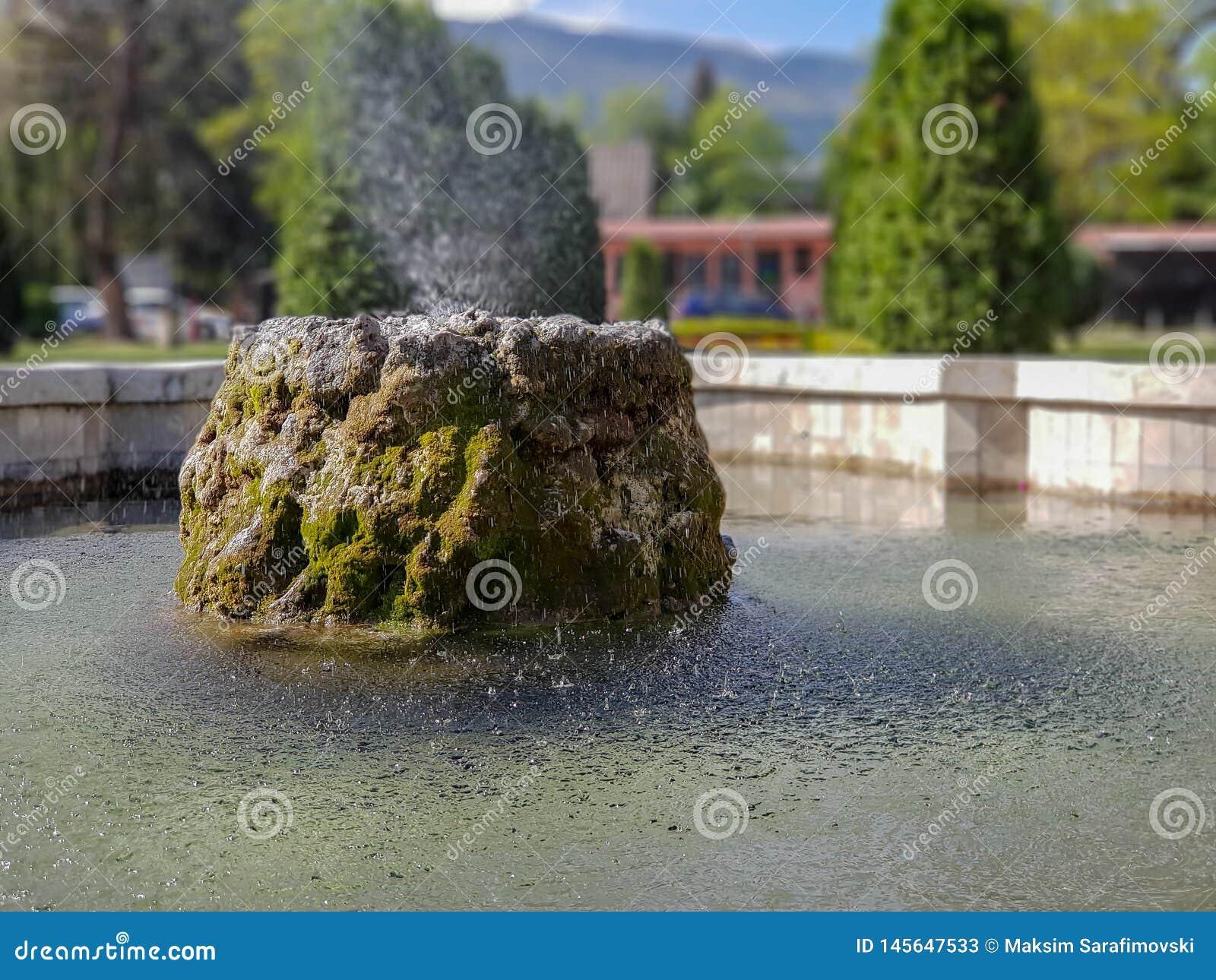 Fountaint da água no parque da cidade em Skopje com fundo