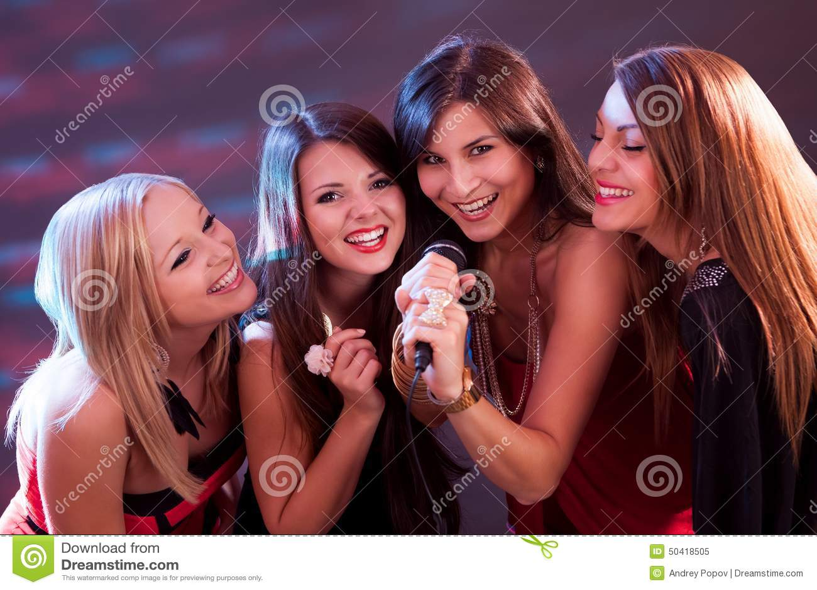 Поющие девушки на фото