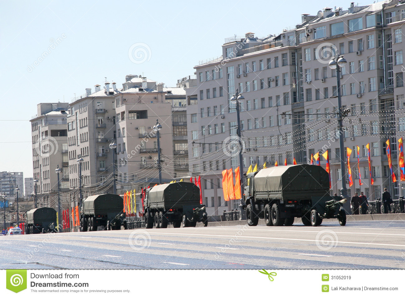 Moscow, russia - may 7, 2013, four trucks with artillery guns go on