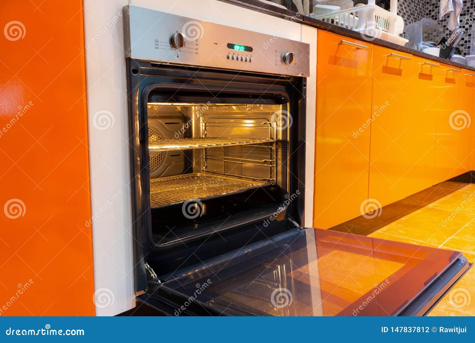 Four ouvert dans la cuisine