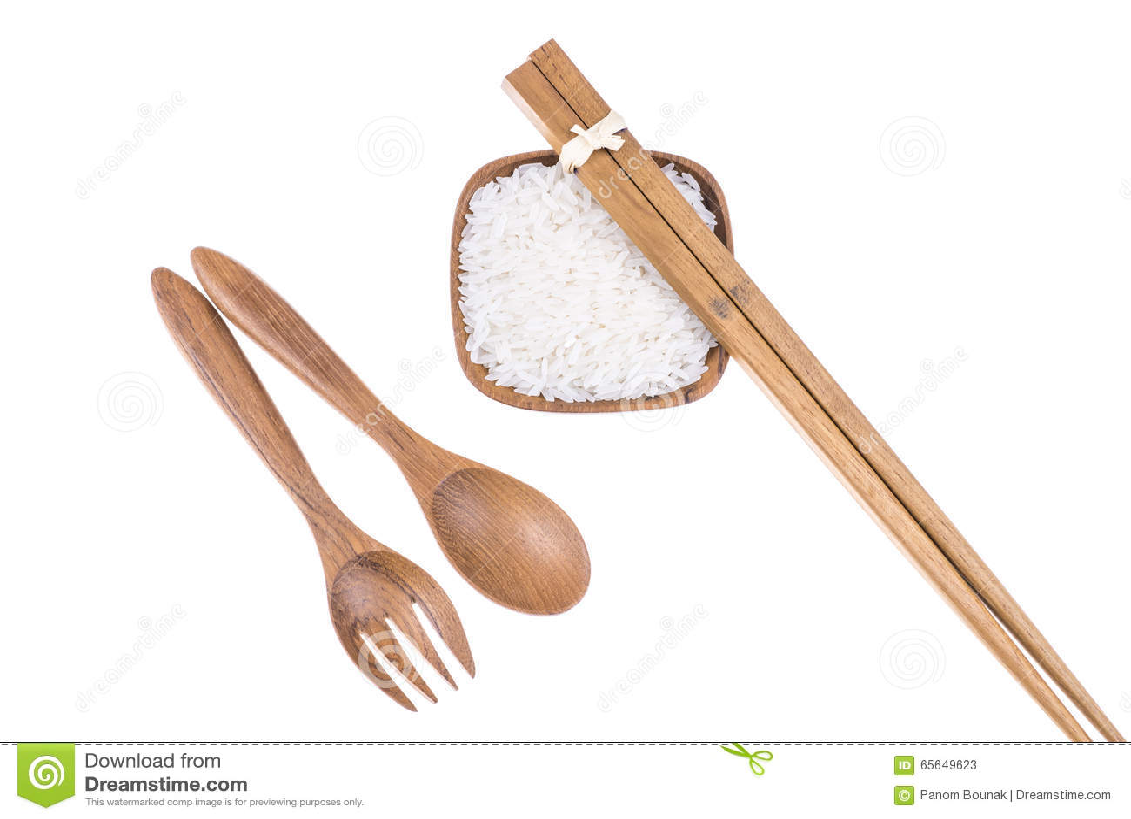 Fourchette, cuillère et baguettes en bois naturelles avec du riz dans la cuvette