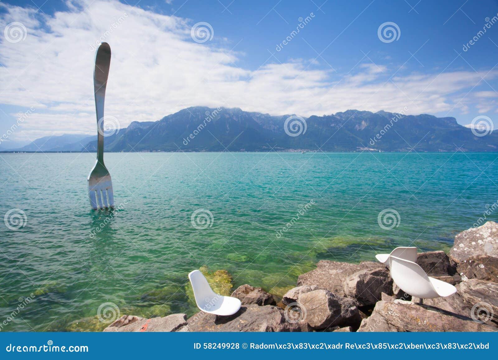 Fourchette en acier géante dans l eau du lac geneva, Vevey, Suisse